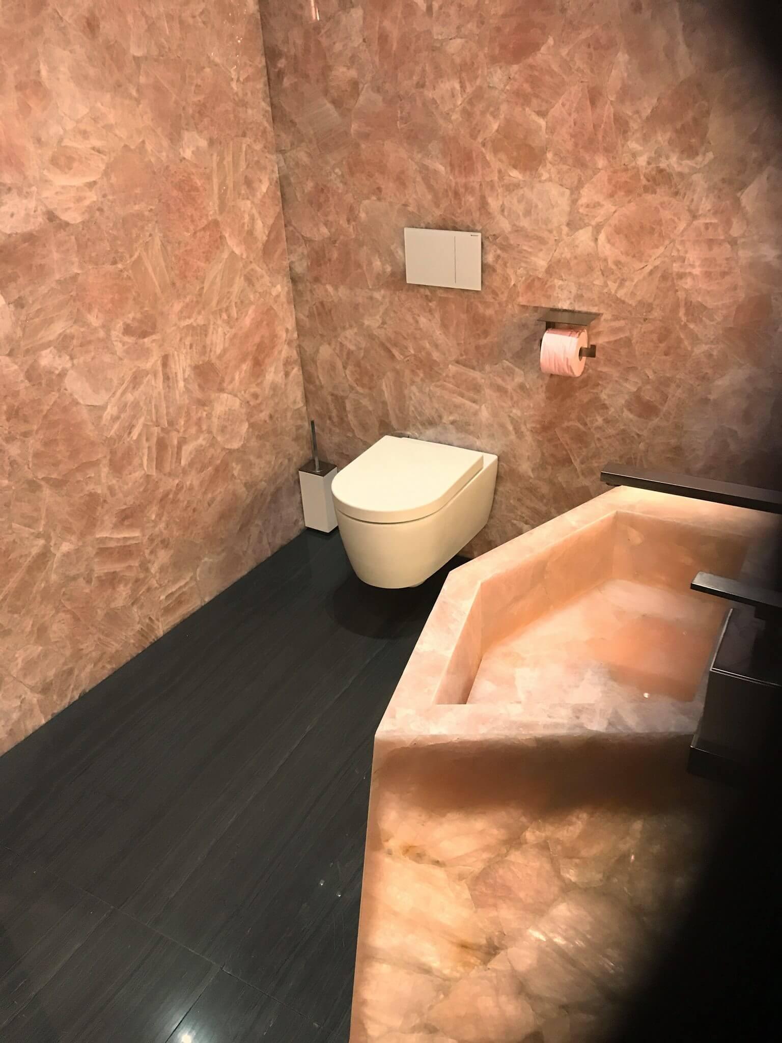 Edler Naturstein mit Rosenquars auf der Toilette