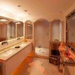 Ein emotionales Lichtkonzept als Teil der Badezimmer Design Badgestaltung - das die Stimmung der Bewohner im Bad exklusiv reflektiert.