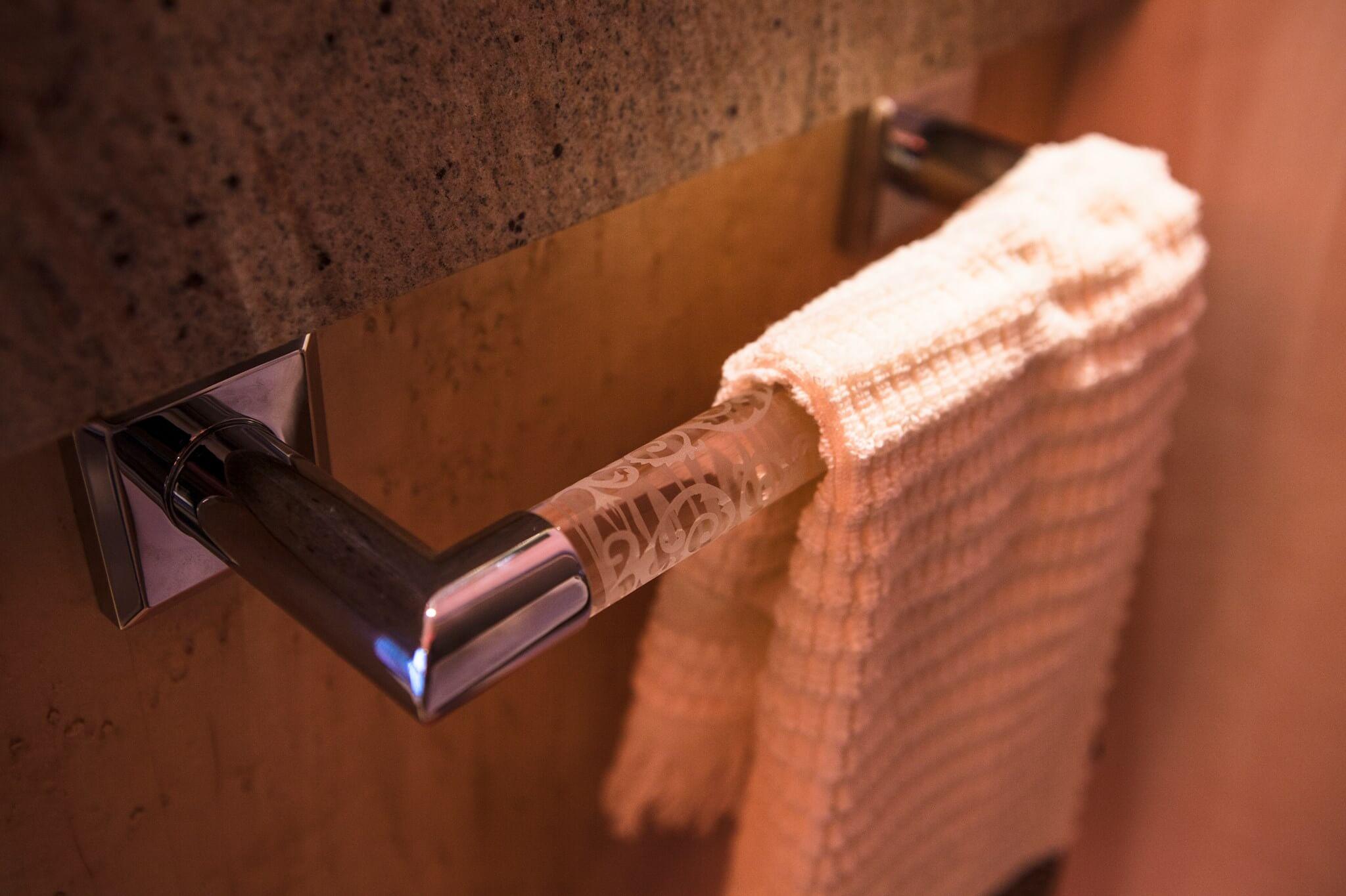Pomdor das Badzubehör für ihr Badezimmer Design Pomdor Handtuch Halter am Waschtisch Unterschrank angebracht
