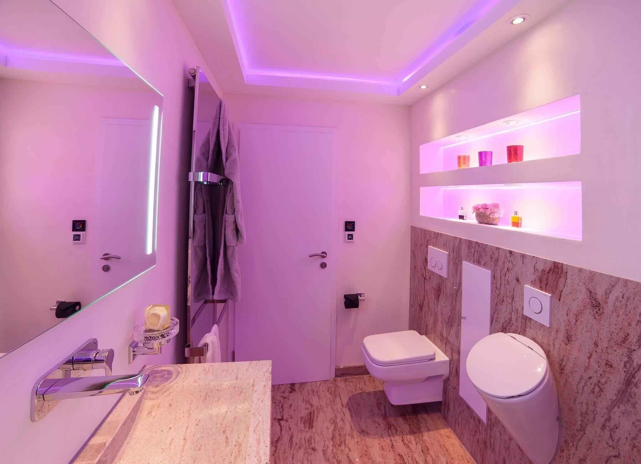 """Szenarien kreieren mit dem richtigen Lichtdesign Um ein behagliche Badambiente zu erhalten ist das Spiel mit dem Lichtdesign notwendig. Wie bei dem """"Das Phantom der Oper"""" kommt ihr Baddesign mit einem neuem Gewand auf die Bühne wenn es richtig inszeniert wurde. Badezimmer Beleuchtung ist nicht nur an der Decke wichtig sondern auch am Waschtischschrank, auf der Sitzbank in der Dampfdusche, zwischen den einzelnen offenen Regalen und an vielen anderen Stellen wie zum Beispiel der Badezimmer Nische"""
