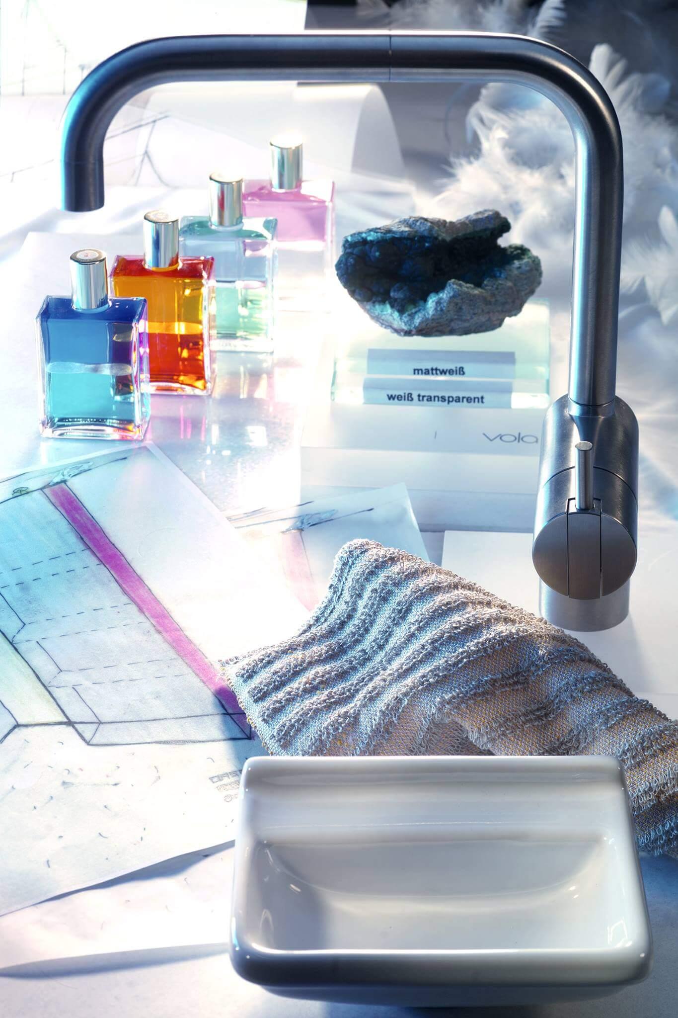 Die Materialwahl auf der Bäderausstellung Selbst wenn Sie ein kleines Bad gestalten, muss das perfekte Material für das Designerbad auf das Badzubehör Design und das Badambiente abgestimmt sein und gleichzeitig die Sinne berühren. Neben dem Kommunikationsraum Torsten Müller findet sich meine Bad Ausstellung, in der Sie Designerbäder im großzügigen Badstudio begutachten oder in einer Design Badewanne von der internationalen Badezimmerausstellung probeliegen können. In der weitläufigen Badezimmerausstellung der Bäder München finden Sie die moderne Badkultur vieler Badmanufaktur vor, die Sie beim Badezimmer Planen inspiriert. Wir greifen auf einen großen Pool exklusiver Produzenten und Lieferanten aus der ganzen Welt zurück, um Ihre exotische Materialwahl optimal umzusetzen: Thassos-Marmor aus Griechenland Rosengranit aus Ägypten Olivenholz aus der Toskana
