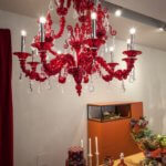 Ausgefallene roter Kronleuchter im luxuriösen Esszimmer Ambiente