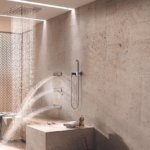Wenn Sie sich auf einen Regendusche Deckeneinbau festlegen, müssen Sie sich für ein Badzubehör Design entscheiden. Beim Erstellen der ersten Bad Muster mit dem Baddesigner stellt sich die Frage nach dem gewünschten Einbau. Man hat die Wahl zwischen einer Überkopf – Brause und einem Regendusche Deckeneinbau. In der fix montierten Variante kann auch die Leitung für die Regendusche Deckeneinbau LED gelegt werden. Die Regendusche sollte eine bestimmte Größe aufweisen, um das Regenfeeling im Design Bad optimal zu simulieren. Die Badvorschläge der Regenduschen Raindance von Hansgrohe oder Rainshower des Badplaner Grohe besitzen einen Durchmesser von 30cm. Bewegliche Kopfbrausen mit einem Durchmesser von 60cm sind ebenfalls vom führenden Bad Designer erhältlich.