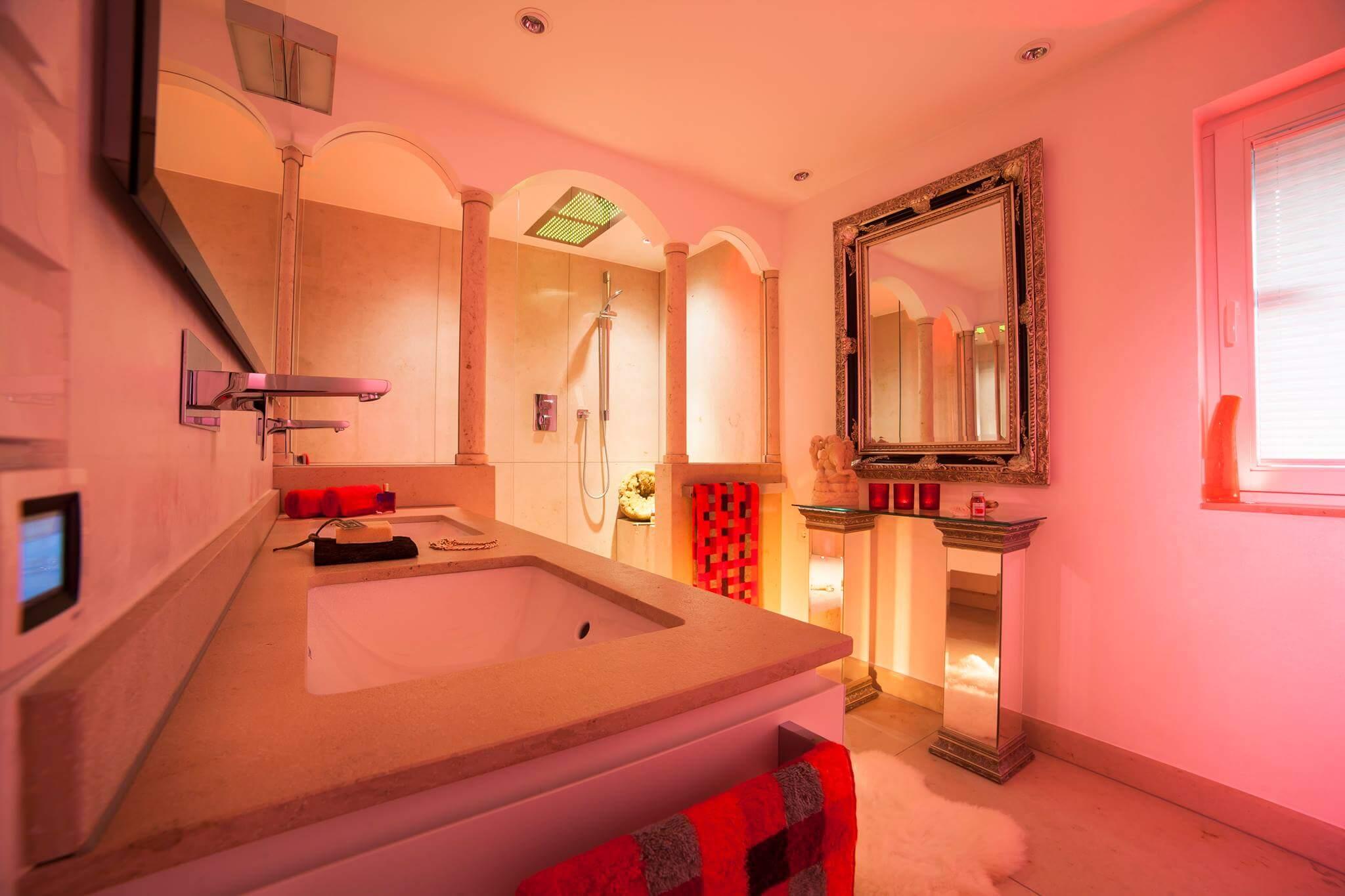 Waschtisch Anlage aus Jura Marmor mit Dusche Regendusche oder Duschen im Monsun-Regen mit dem Spa und Bad Designer Torsten Müller
