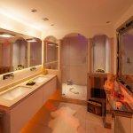 Direkt daneben findet sich der doppelte Waschtisch, in dessen Innerem sich zahlreiche Staumöglichkeiten finden. Durch das direkt darüber angebrachte Spiegelelement wird beim Badezimmer Gestalten optische Tiefe im mediterranen Bad Design erzeugt. Regendusche oder Duschen im Monsun-Regen mit dem Spa und Bad Designer Torsten Müller
