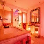 Italienisches und orientalisches Design für Ihr Badezimmer Ein Badezimmer im italienischen oder orientalischen Stil zu wählen, folgt dem Wunsch vieler, ein außergewöhnliches Wohlfühlrefugium im eigenen Badezimmer zu planen und etwas anderes als minimalistische Bäder umzusetzen. Durch die Verwendung der warmen Farben wirken selbst schmiedeeiserne Badezimmermöbel modern und verwandeln den Nassraum in ein gemütliches Hamam, in dem die traditionelle Badkultur des Südens zelebriert wird. Die Konzeption das Bad mediterran einzurichten, beginnt bereits an der Substanz. Mediterrane Bäder