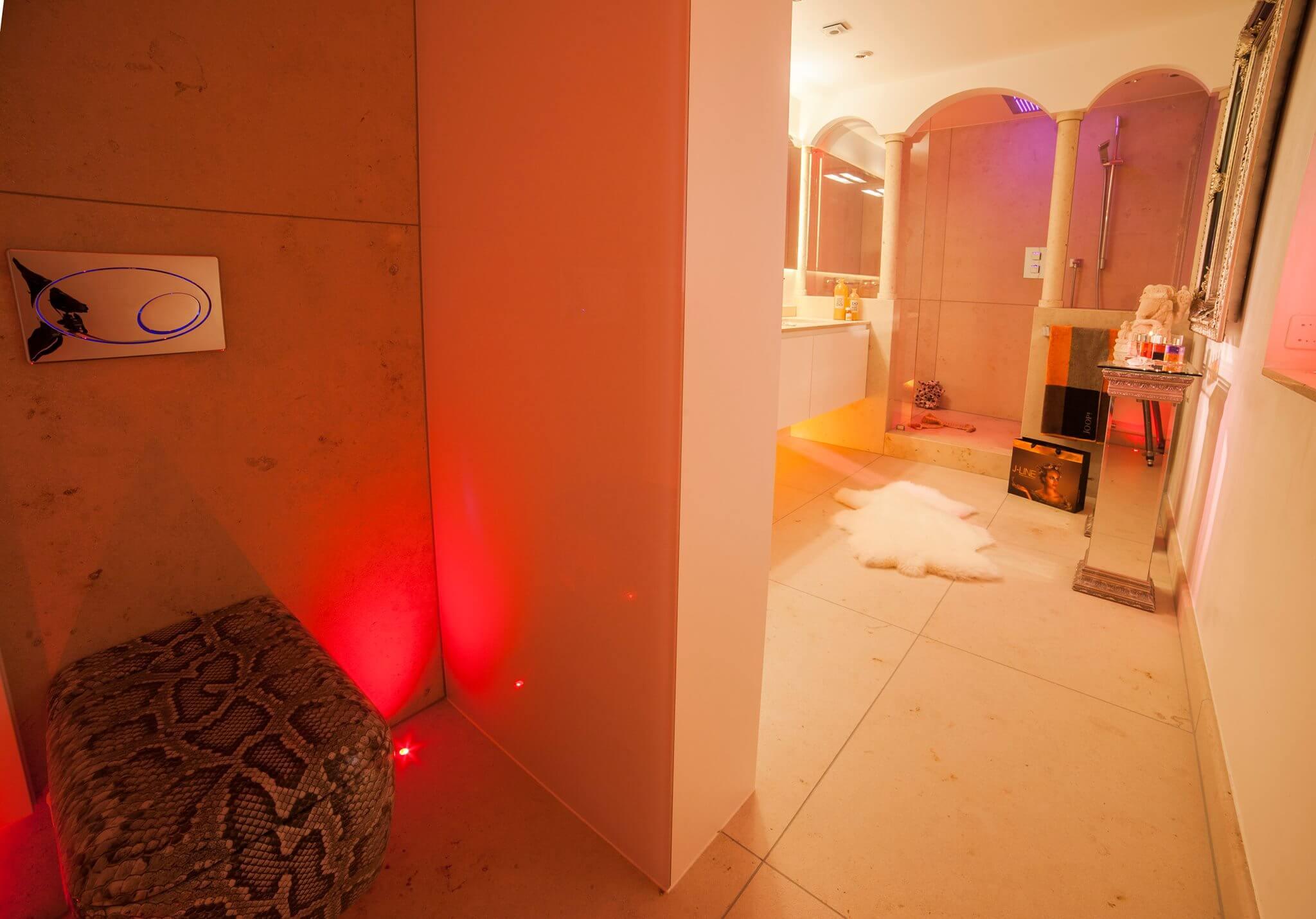 In dieser Badarchitektur für moderner Traumbäder wird ein emotionales Lichtkonzept als Teil der Badezimmer Design Badgestaltung realisiert Der Baddesigner Torsten Müller verwirklichte in dieser Badarchitektur für moderner Traumbäder auch ein emotionales Lichtkonzept als Teil der Badezimmer Design Badgestaltung, das die Stimmung der Bewohner im Bad exklusiv reflektiert. Er installierte im geräumigen Bad exklusive Schattenfugenbeleuchtungen, nutzte beim Bad Einrichten Bodenlichter und kombinierte geschickt direkte und indirekte Lichtquellen miteinander, um beste Badezimmer Effekte zu erzielen. Dieses einmalige Lichtdesign für mediterrane Bäder wird natürlich digital über die innovative KNX-Haus-Bustechnik gesteuert, die auch in Bäderausstellung des Bad Designers in Bad Honnef oder jener der Bäder München genauer unter die Lupe genommen werden kann.