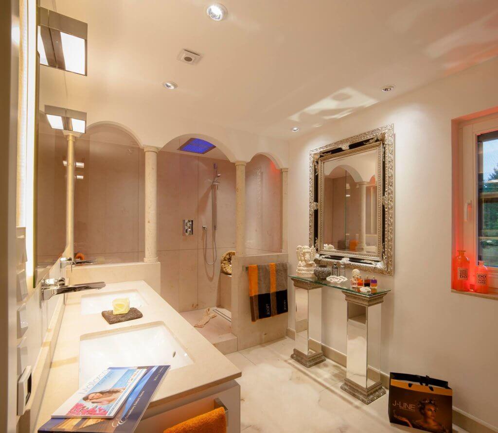 In Dieser Badarchitektur Für Moderner Traumbäder Wird Ein Emotionales  Lichtkonzept Als Teil Der Badezimmer Design Badgestaltung