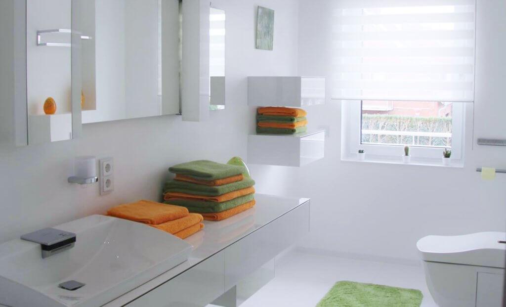 G ste wc in weiss ein modernes g stebad mit toto neorest ac dusch wc - Kleines designer bad ...