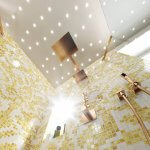 Kleines Badezimmer Planen - Die Grundlagen Kleine Badezimmer Ideen basieren stets bei Torsten Müller auf der Ganzheitlichkeit des Raumes. Im Gegensatz zu einem weitläufig geschnittenen Nassraum kommt es hier vor allem darauf an, die Offenheit des Bades als Ganzes zu bewahren. Eine Dusche, die von transparentem Glas umgeben und ebenerdig eingebaut ist, lässt das luxuriöse Badezimmer sogleich größer erscheinen, da sie Unterbrechungen vermeidet und sich organisch in das große Ganze einfügt. Zudem gibt Sie auch die Möglichkeit des ungehinderten Einlasses, das jedoch beim Experten eh wenn machbar zum Standard gehört. Auch eine transparente, am Boden stehende Badewanne, durch das richtige Lichtdesign ins rechte Licht gerückt, stellt nicht nur einen spannenden Blickfang dar, sondern betont auch die Offenheit des Raumes. Auch die durchgehende Bedeckung des Bodens und der Wände durch Elemente wie zum Beispiel aus Naturstein, sorgt für ein ganzheitliches, optisch verbundenes Bild. Durch die Verwendung derselben natürlich belassenen Materialien erscheint der Raum sogleich großzügiger. Als zusätzlicher Aspekt entsteht dadurch optische Ruhe im Hintergrund des kleinen Bades, die andere Stilmittel, wie Dekorationsobjekte oder das ausgefeilte Beleuchtungskonzept stärker in den Vordergrund stellt. Weitere leicht in der Praxis umsetzbare Tipps für das kleine Badezimmer sind:
