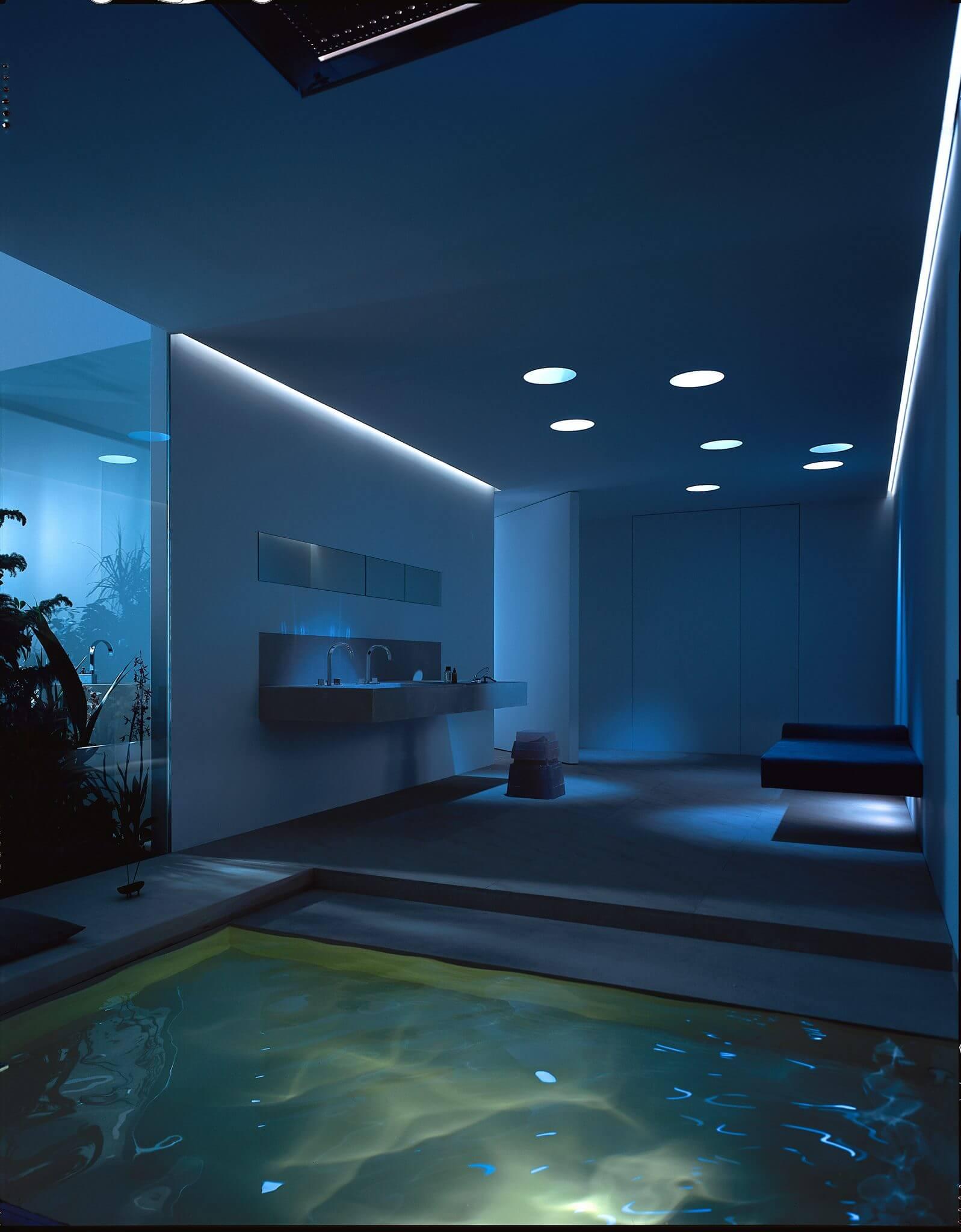Das optimal auf die Traumbäder sowie der Badarchitektur abgestimmte Lichtkonzept ist nicht nur beim kleinen Badezimmer Gestalten von Vorteil – Mittels digitaler Badezimmerplaner und einer 3D Visualisierung können schöne Bäder durch Lichtakzente individuell ausgeleuchtet und vorab erlebbar werden. Dabei kommen bei der Realisierung moderne RGB- und LED-Technologien in Ihrem puristischen eventuellen Villeroy und Boch Bad zum Einsatz. Die Szenarien, die im visuellen Badezimmerplaner umgesetzt werden, sind schier unendlich – sei es das professionelle Schminklicht oder die gedämpfte Kerzenstimmung für ein romantisches Bad zu zweit. Das professionelle Lichtkonzept, das auf der Badausstellung Bonn, der Badausstellung Düsseldorf oder der Badausstellung Frankfurt bewundert werden kann, versetzt Gebäude und Traumbäder in neue Stimmungen und erzeugt das gewünschte Ambiente. Durch die Kombination von Grundbeleuchtung, fokussierender Beleuchtung und Brillanz-Licht entstehen Traumwelten, die beim Badezimmer Planen berücksichtigt werden sollten.