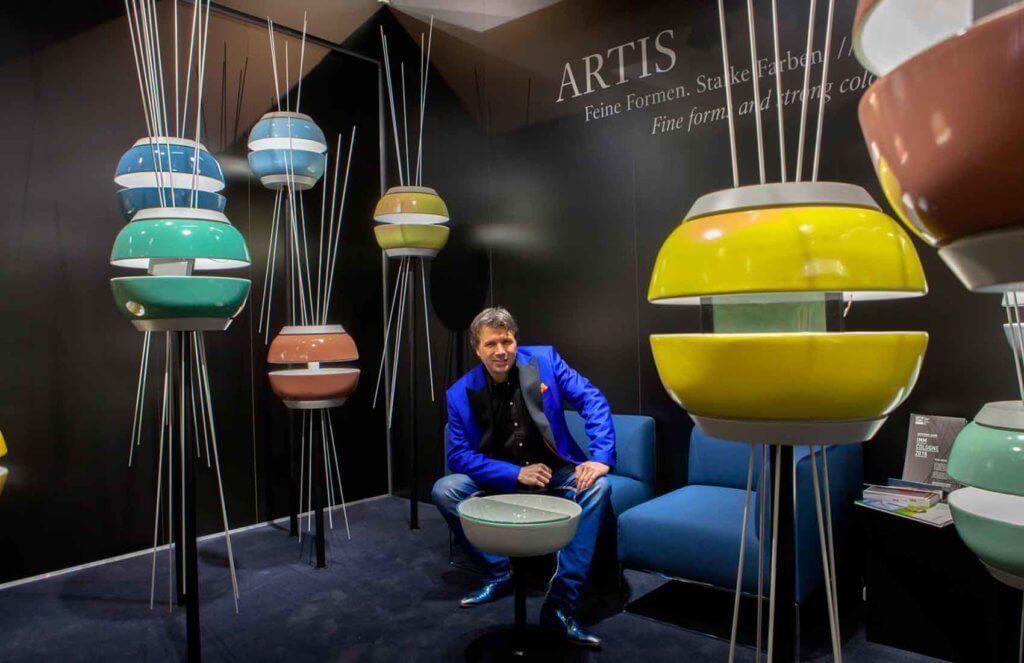 Torsten Müller präsentierte auch die neuen Waschbecken von Designerin Gesa Hansen auf der imm cologne von Villeroy & Boch