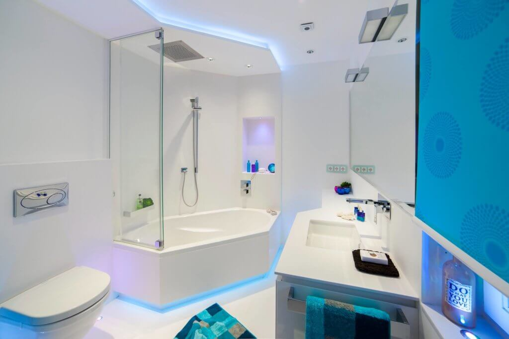 Hervorragend Eine Duschbadewanne Verspricht Mit Der Eingebauten Regendusche Eine  Wohlfühloase, Die Sich Mit Den Richtigen Badezimmer