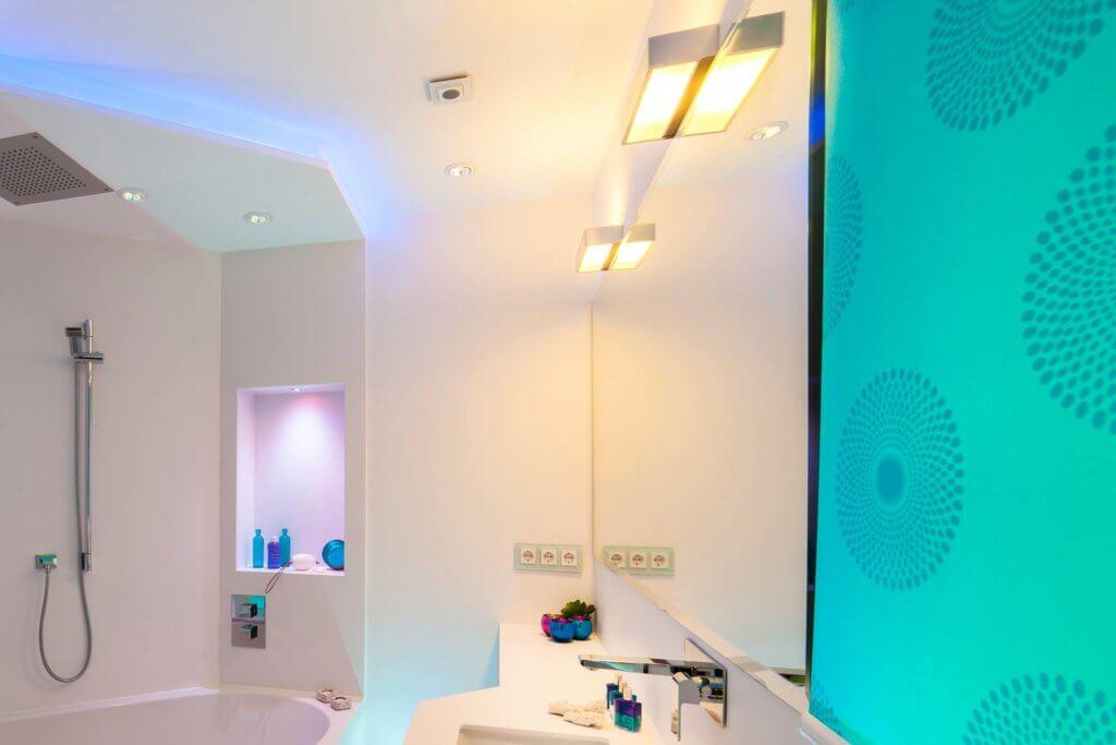 Die Wand Im Spritzbereich Der Dusche, Boden Und Waschtischoberplatte Werden  Aus Pflegeleichtem Kunststein Angelegt Eine