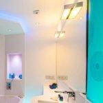 Die Wand im Spritzbereich der Dusche, Boden und Waschtischoberplatte werden aus pflegeleichtem Kunststein angelegt Eine Schiebetüre im Eingangsbereich erlaubt es selbst bei begrenztem Platzangebot keinen Raum zu verschenken Maßgefertigte Einbaumöbel schaffen extra Stauraum Eine Badewanne mit Dusche integriert wird von transparentem Glasspritzschutz umgeben, um den Raum luftig leicht wirken zu lassen Ein minimalistisches Design in freundlichem Weiß, das mit bunten und stylischen Accessoires ein kleines Bad mit Dusche in einen realen Traum von Teeniebäder verwandelt wird und später als praktisches Gästebad genutzt werden kann Falls Sie nun Lust auf eine Badsanierung aus einer Hand bekommen haben, melden Sie sich zu einer unverbindlichen Beratung beim professionellen Baddesigner Torsten Müller an und freuen sich auf das Bad Einrichten ob in Bonn, Bad Godesberg, Bad Honnef , Bonn-Beuel, Königswinter, Siegburg oder in Düsselorf, Frankfurt, Stuttgart, Hamburg bis hin zu Berlin.