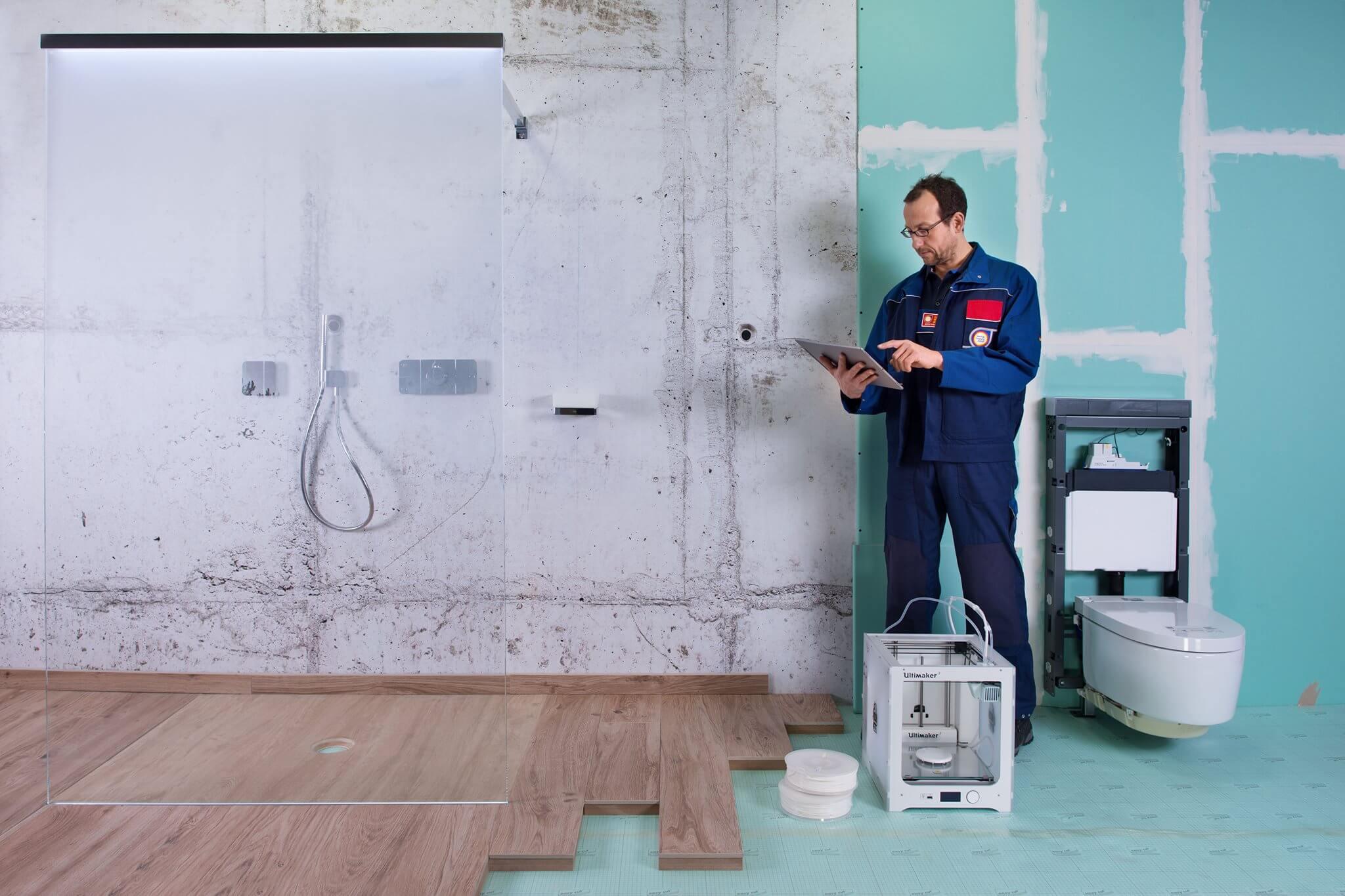 Viele Nutzungsmöglichkeiten für unterschiedliche Platzverhältnisse Bei der räumlichen Entwicklung des Badezimmers ist eine zweigeteilte Entwicklung zu erwarten: Während es auf der einen Seite bei Ein- und Zweifamilienhäusern einen Raumgewinn bei Renovation und Neubau sowie einen Trend zum Zweit-, Dritt- oder Gäste-Badezimmer gibt, ist auf der anderen Seite speziell im urbanen Umfeld eine Konzentration auf kleinere Räume von hoher Funktionalität und Qualität zu erwarten. Hierfür entwickelt die Sanitärindustrie zunehmend platz- und raumsparende Produkte mit dem Ziel, viele Nutzungsmöglichkeiten zur gewährleisten und möglichst viel Stauraum anzubieten. Hinzu kommen neue Konzepte für gemeinschaftlich genutzte und damit halböffentliche Badehäuser, die in Modellprojekten erprobt werden; sie könnten künftig in Ballungsräumen die Attraktivität von Neubauprojekten für eine exklusive Nutzergemeinschaft erhöhen. In der Branche werden zudem ganz neue Raum- und Standortkonzepte diskutiert, etwa für den Wellness-Bereich, in dem sich nach skandinavischem Vorbild neue Formen der Badkultur etablieren könnten. Und last but not least ist durch den Einzug des Themas Fitness ins Badezimmer eine weitere Trendwelle zu erwarten. Das Badezimmer wird so über die altbekannten Nutzungsfunktionen hinaus erweitert.