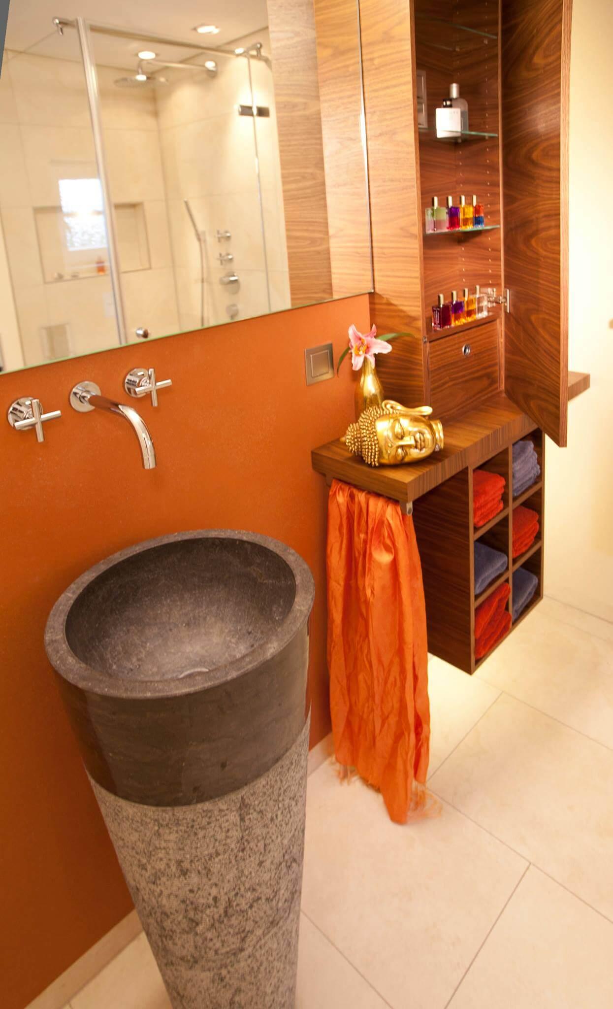 Der Maßgefertigte Waschtisch Aus Granit Bildet Den Optischen Blickfang Im  Zurückhaltend Gestalteten Bad. Da Sich