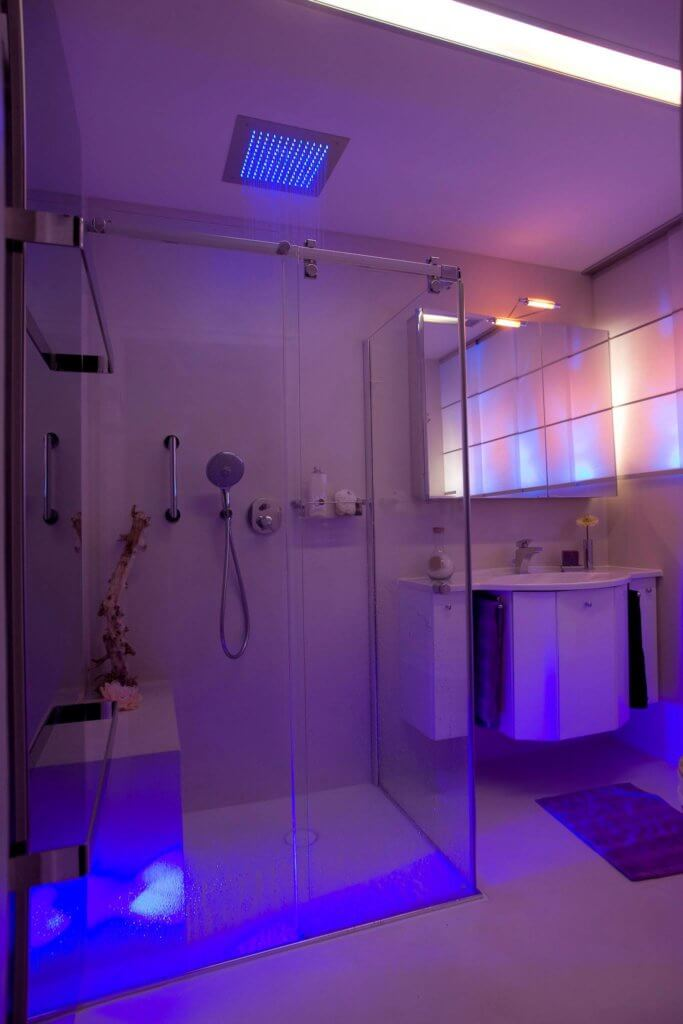 gaeste bad mit licht dusche und dazu noch als ein. Black Bedroom Furniture Sets. Home Design Ideas