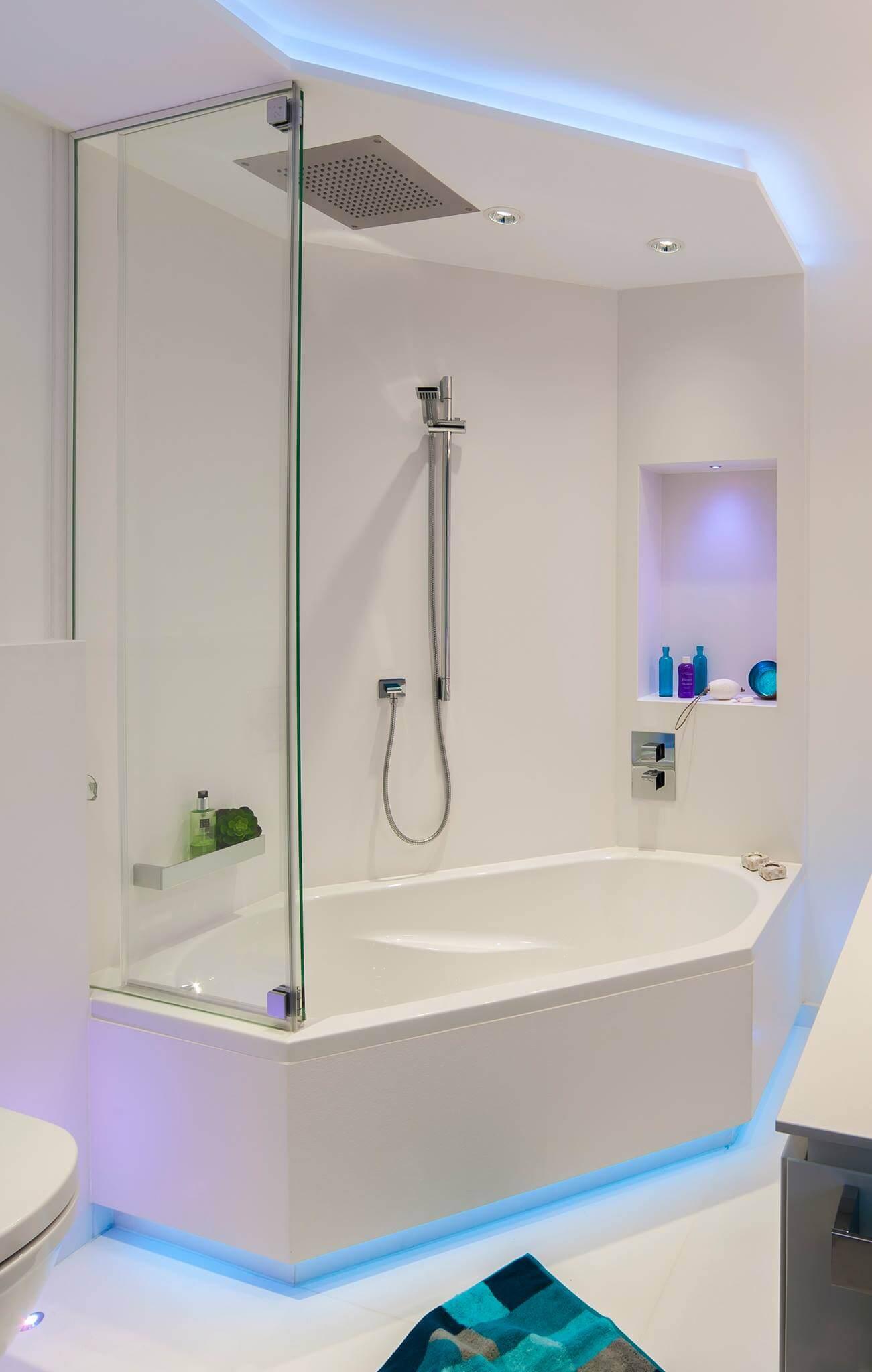 Weniger ist mehr – Ein Gästebad für Minimalisten Dass ein Gästebad mit Dusche mehr sein kann als nur eine kleine Ausgabe des großen Badezimmers bewies Torsten Müller mit dem minimalistischen Design in cleanem Weiß. Sowohl der Boden als auch die Wände sind fliesenfrei gestaltet worden und bilden somit eine einheitliche Fläche. Die helle Farbe und die monochrome Gestaltung vergrößern den Raum optisch und lassen ähnlich einer leeren Leinwand der Fantasie freien Lauf. Damit sich jeder Gast wie zuhause fühlt, schafft das moderne Lichtdesign eine individuelle Stimmung. Lassen Sie sich morgens mit dem dynamischen Rot oder Orange unter der Gästebad Dusche aufwecken oder entspannen Sie abends nach einem Geschäftstermin im blauen Licht, das beruhigt und Ihnen die Möglichkeit gibt, Ihre Gedanken zu ordnen. Die Duschbadewanne lässt dem Besucher die Wahl, ober er ein entspannendes Bad oder lieber eine vitalisierende Regendusche genießen möchte. Der Spritzschutz ist aus transparentem Glas gewählt worden, um die einheitliche Optik des Bades nicht zu stören.
