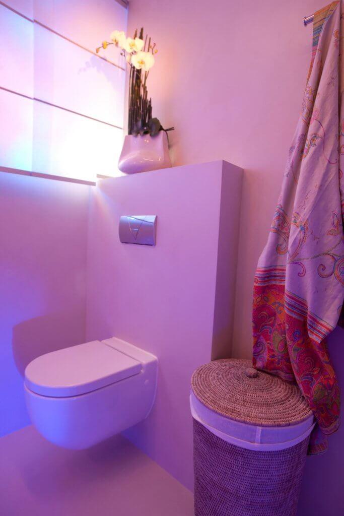 stimmungsvollen Lichtszenarien-Badsanierung ohne Fliesen-beleuchtung dusche decke-fugenloses Badezimmer-badezimmer fugenlos-Gäste Badezimmer-regendusche led-SCHÖNER WOHNEN- Dusche Licht-moderne Bad-Resine