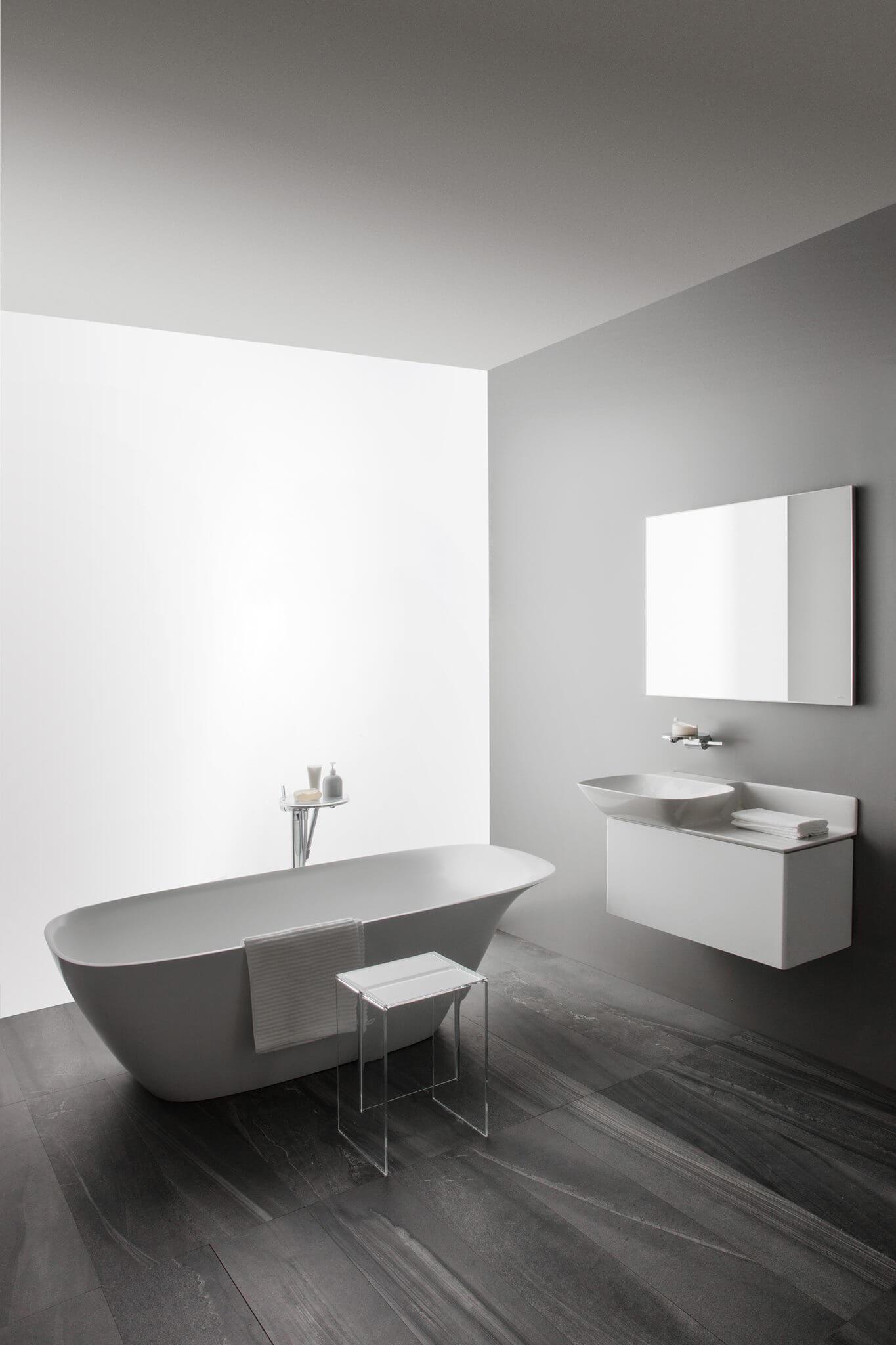 Die filigran geschwungene Badewanne aus Sentec harmoniert haptisch und optisch perfekt mit den Ino Waschtischen.