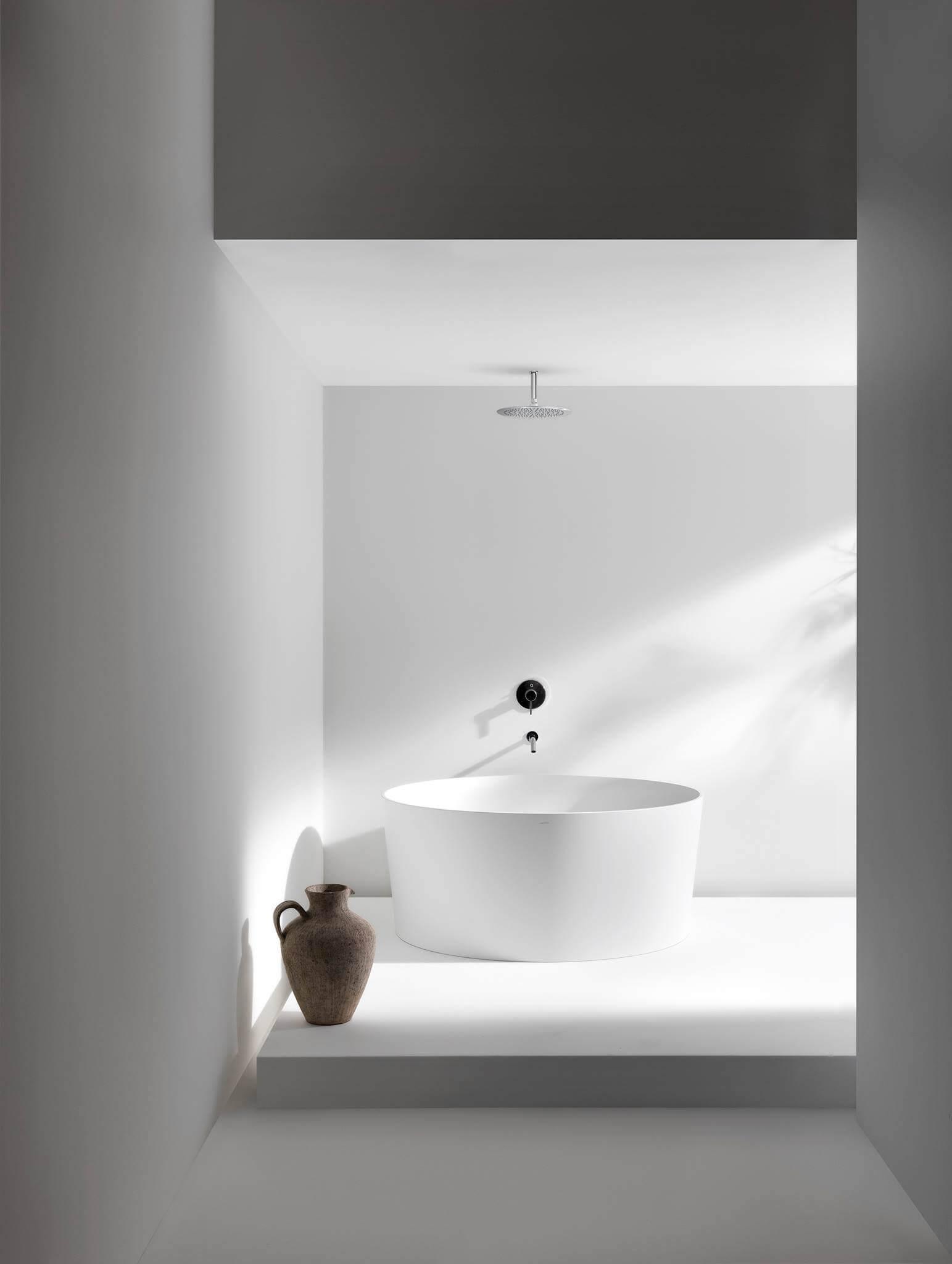 Ein echter Blickfang im Val Bad ist die freistehende, kreisrunde Badewanne mit 130 cm Durchmesser. Bildzeilen Fotonachweis: Laufen www.laufen.com