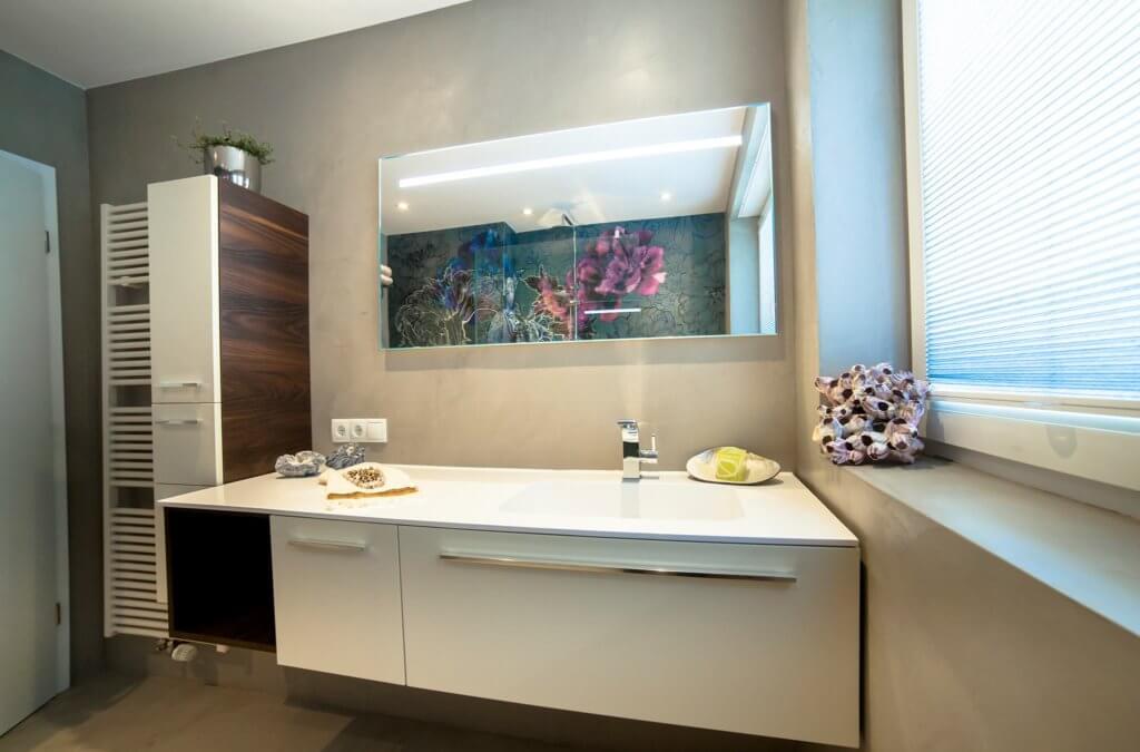 Der Waschplatz Ist Von Einem Qualitativen Badmöbel Samt Hängeschrank  Umgeben, Das Mit Praktischen Ablageflächen Ausgestattet