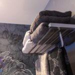 Tapete in der Dusche - Der neue Trend Nicht nur in Boutique-Hotels ist der neue Trend zu sehen, auch im privaten Baddesign findet das Wet System von Wall & Decò bereits Liebhaber, da die Gestaltung doch schnell einen neuen Look verspricht. Vorhandene Fliesen werden mit einem Spezialkleber glatt überzogen, sodass das neue optische Highlight auf ebener Fläche platziert werden kann. Danach folgt der normale Tapeziervorgang, also die Bahnen werden auf die Wandfläche aufgetragen. Ein spezielles Finnish versiegelt zum Abschluss die bereits verklebte Lifestyle Tapete. Mit seiner Leidenschaft für technische Innovationen hat Wall & Decò die Herstellung und die Verwendung von Tapeten massgeblich verändert. Dank der fortlaufenden Zusammenarbeit mit Künstlern, Illustratoren und Designern bieten die Designs originelle und dekorative Lösungen für die Oberflächengestaltung an, die eine grösstmögliche kreative Freiheit jenseits von wiederkehrenden Mustern gewährleisten.