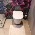Toto Wand WC vor einer Wand Tapete im Bad von Wall & Deco