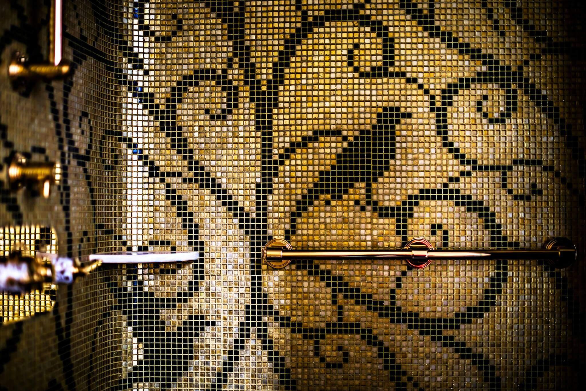 Mein Geheimnis für die Kreation individueller Themenwelten beim Bad Einrichten in Ihrem Designer Bad by Torsten Müller ist die vollkommene Harmonie aus der erfolgten Badezimmer Design Badgestaltung, des optimalen Lichtdesign, der idealen Materialien und der erzeugten Badkultur. Dieses authentische Badezimmer Design sorgt nach dem Bad Gestalten für individuelle Wohlfühlmomente in Ihrem Designer Bad, das mit den Klassikern für beste Badezimmer von Villeroy und Boch, Bad Villeroy und Boch Sanitär ausgestattet sein kann. Lassen Sie sich von neuartigen Ideen zum Bad Planen inspirieren. Wählen Sie Bad Muster mit außergewöhnlichen Materialkontrasten für die Bädergestaltung nach den neuesten Badezimmer Trends und Bad Design Ideen, wie Glänzend und matt Rau und spiegelglatt Hauchfein und zentnerschwer. Wenn die Grundlagen der Bädergestaltung beim Badezimmer Planen festliegen, entscheiden wir uns auf einer Bäderausstellung der Bäder München oder im Showroom eines traditionsreichen Produzenten für Badezimmer Design, wie Duravit Österreich, Laufen Sanitär, Zucchetti Armaturen oder Villeroy & Boch Dresden für das passende Badzubehör Design für das Badezimmer Gestalten, wie ein elegantes Waschbecken aus feinstem Duravit Meißen Porzellan ein Laufen Badezimmer, das durch seine geradlinige Ausführung begeistert ein luxuriöses Villeroy & Boch Bad mit schlichten Armaturen von THG Paris