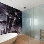 Klares Design im Hauptbad und private Spa durch Glas Rückwände