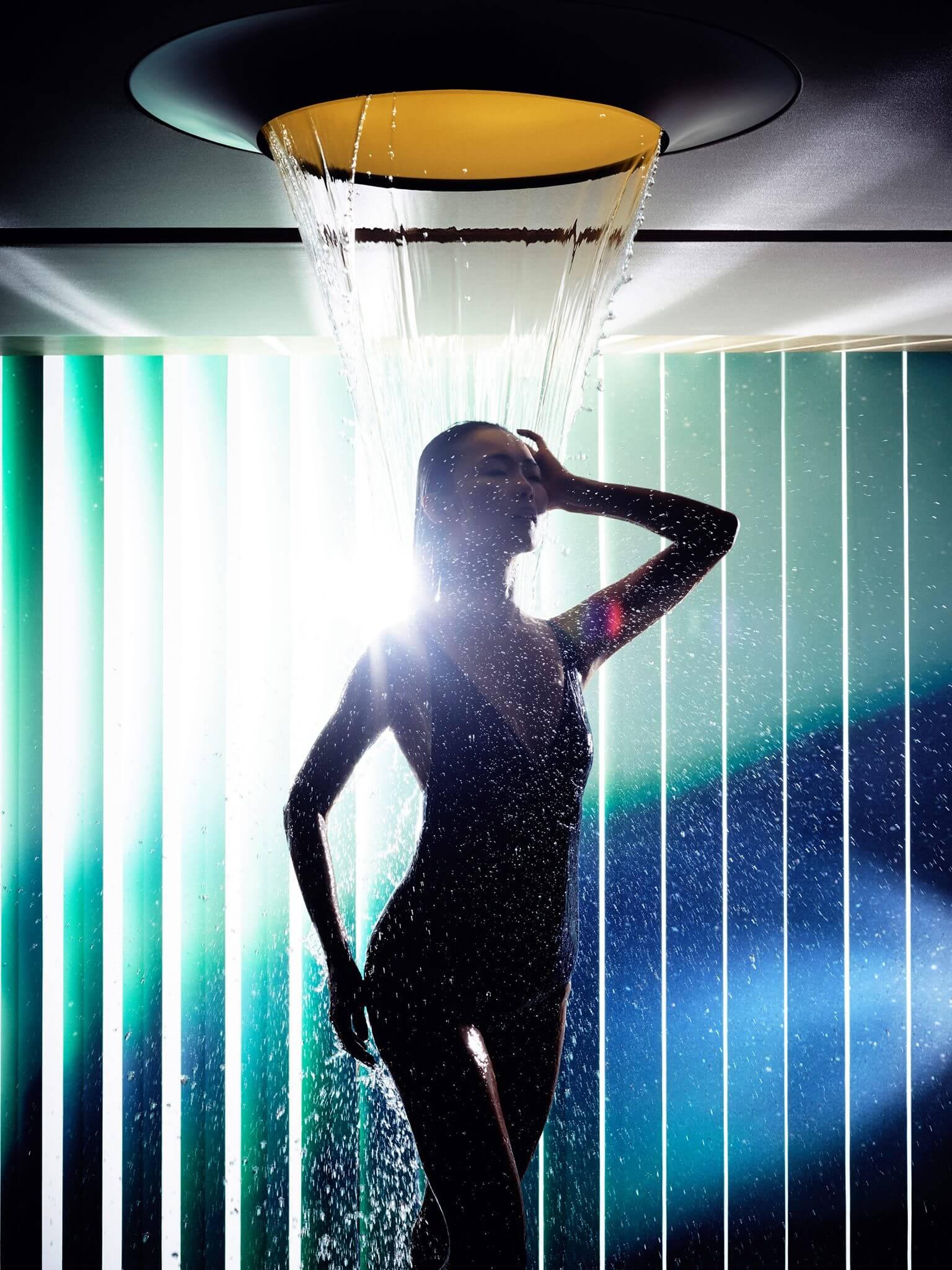 Mit LifeSpa wurde die Idee einer gesundheitsorientierten Badgestaltung von einem Badgestalter auf eine neue Stufe gehoben. Das Konzept steht für eine ganzheitliche Badplanung und -ausstattung im Sinne einer gesunden und präventiven Lebensweise – im privaten Bad oder Home Spa wie auch im exklusiven Hotel- und Wellness-Umfeld. Im Mittelpunkt steht die Integration gesundheitsfördernder Wasseranwendungen im Rahmen einer modularen Architektur, die sich flexibel an individuelle Bedürfnisse anpasst. Der Megatrend Gesundheit ist eine der prägendsten Entwicklungen der Gegenwart und wird zukünftig weiter an Relevanz gewinnen. Das allgemeine Streben nach Gesundheit wandelt sich dabei zunehmend zu einer umfassenden Suche nach Kraft und Lebensenergie – eine Suche, die alle Lebensbereiche durchdringt und längst über gesunde Ernährung und sportliche Aktivität hinausweist, wie die steigende Nachfrage nach Selbstoptimierungs-Apps und -Accessoires zeigt, stellt Hersteller Dornbracht fest.
