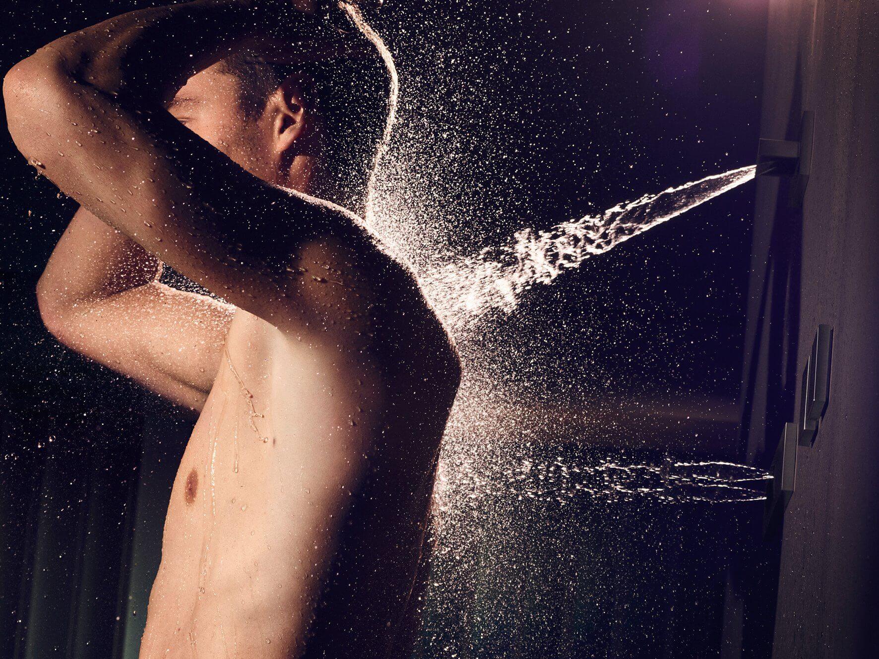 Vertical Shower eignet sich dank verschiedener Darreichungsformen und vorprogrammierter Signature Treatments für zahlreiche gesundheitsfördernde und präventive Anwendungen. Neu sind die Massagedüsen WaterFan und WaterCurve. Neben einer wohltuenden Nacken- oder Rückenmassage ermöglichen diese die gezielte Stimulation von Druckpunkten und Meridianen (Aquapressur). Foto: Dornbracht