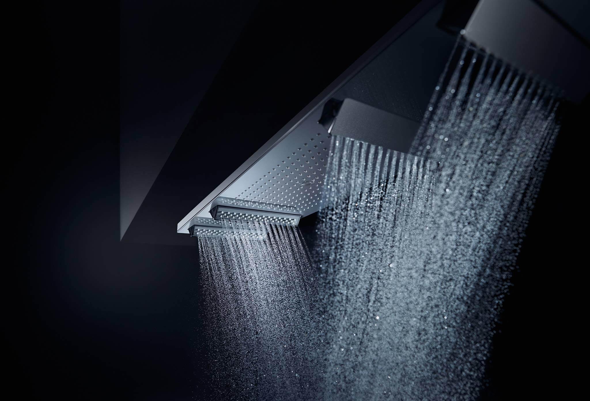 """Copyright: AXOR / Hansgrohe SE Duschen in einer neuen Dimension und mit maximaler Ausstrahlung: Der AXOR ShowerHeaven besticht durch eine 1,2 Meter lange und 30 Zentimeter breite plane, Fläche aus hochwertig verarbeitetem Metall. Mit vier herausfahrbaren """"Flügeln"""" und einem integrierten Ambiente-Licht ist er nicht nur eine große Bühne für das Wasser, sondern auch ein neuer Archetyp in der Dusche. Vier Strahlarten sorgen für ein luxuriöses Duscherlebnis: der konzentrierte Mono-Strahl in der Mitte, der großflächige Rain-Strahl und die Body-Strahlen mit dem einzigartigen PowderRain. Vom entspannenden Massagestrahl über einen wohltuenden Brauseregen, bis hin zu einem sanften Nieselregen, der AXOR ShowerHeaven 1200 ermöglicht das Duschen mit allen Brausen und Strahlarten einzeln oder im Zusammenspiel – eine gewaltige Inszenierung."""