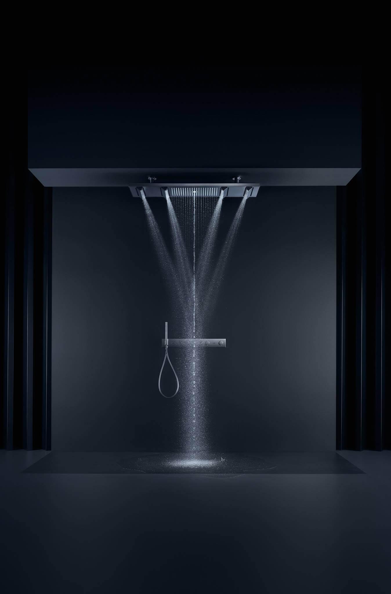 """Regendusche Duschen in einer neuen Dimension und mit maximaler Ausstrahlung: Der AXOR ShowerHeaven besticht durch eine 1,2 Meter lange und 30 Zentimeter breite plane, Fläche aus hochwertig verarbeitetem Metall. Mit vier herausfahrbaren """"Flügeln"""" und einem integrierten Ambiente-Licht ist er nicht nur eine große Bühne für das Wasser, sondern auch ein neuer Archetyp in der Dusche. Vier Strahlarten sorgen für ein luxuriöses Duscherlebnis: der konzentrierte Mono-Strahl in der Mitte, der großflächige Rain-Strahl und die Body-Strahlen mit dem einzigartigen PowderRain. Vom entspannenden Massagestrahl über einen wohltuenden Brauseregen, bis hin zu einem sanften Nieselregen, der AXOR ShowerHeaven 1200 ermöglicht das Duschen mit allen Brausen und Strahlarten einzeln oder im Zusammenspiel – eine gewaltige Inszenierung."""