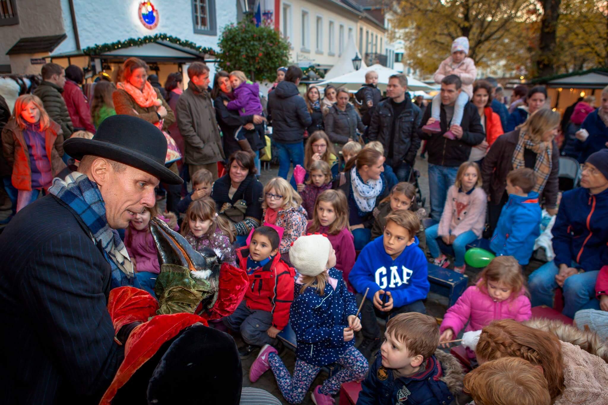 Die Kinder sind versorgt beim Kasperletheater über Zauberer, Stelzenläufer sowie das Holzriesenrad wird sich natürlich auch immer wieder gefreut.