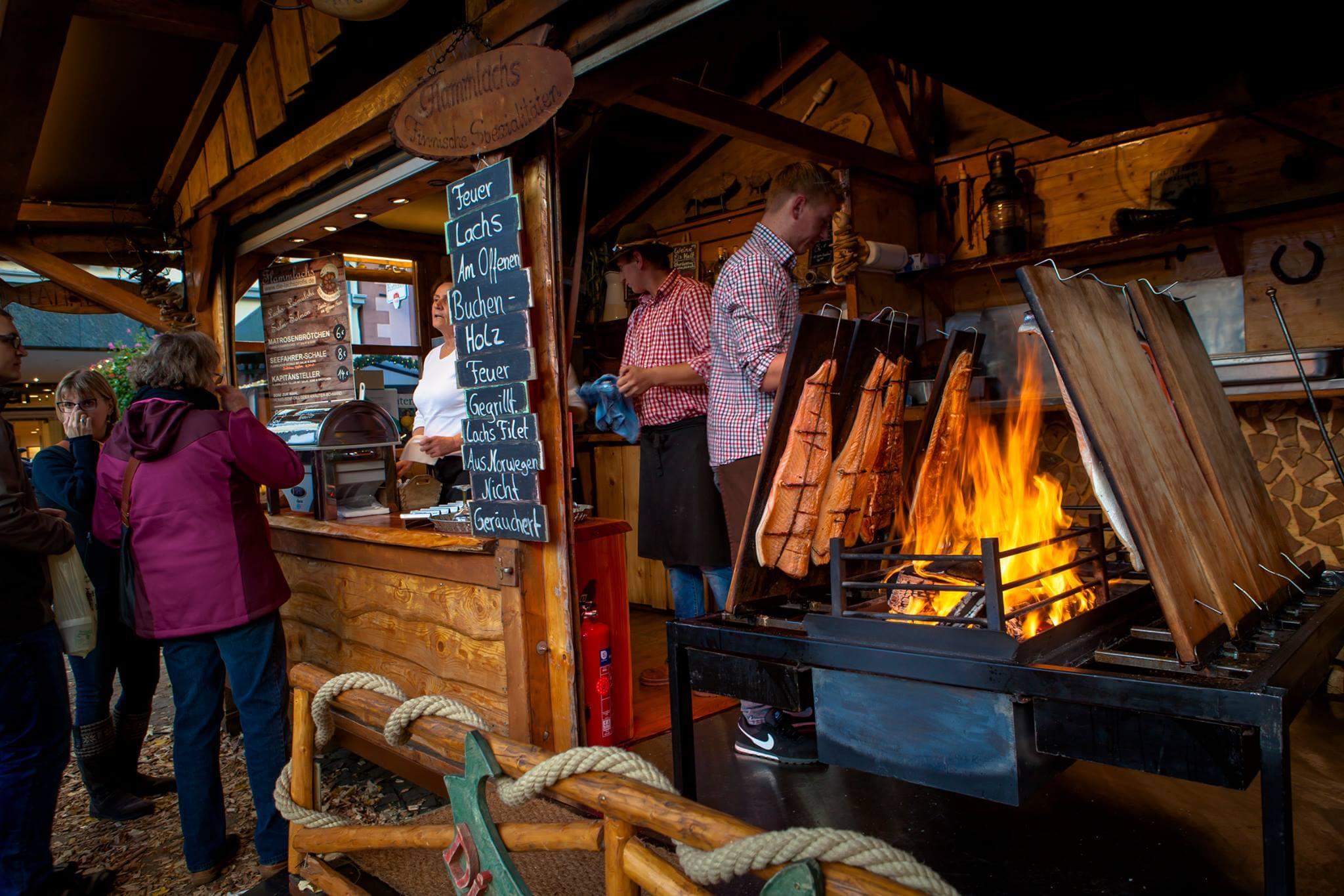 Der Flammlachs brutzel in der Blockhüttewie jedes jahr auf offener Feuerstelle. Und es gibt noch viel mehr Herzhaftes Süffiges oder für den liebhaber der Feinkost