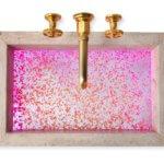 Waschbecken-Innovation aus Naturstein und Acryl-Kreation setzt Bäder in Szene