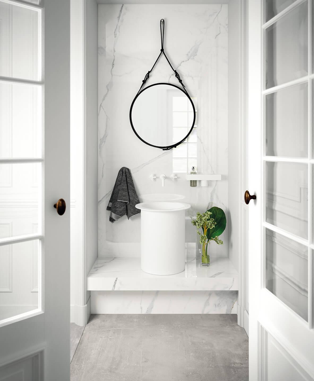 Waschtonne vor einer Fotowand