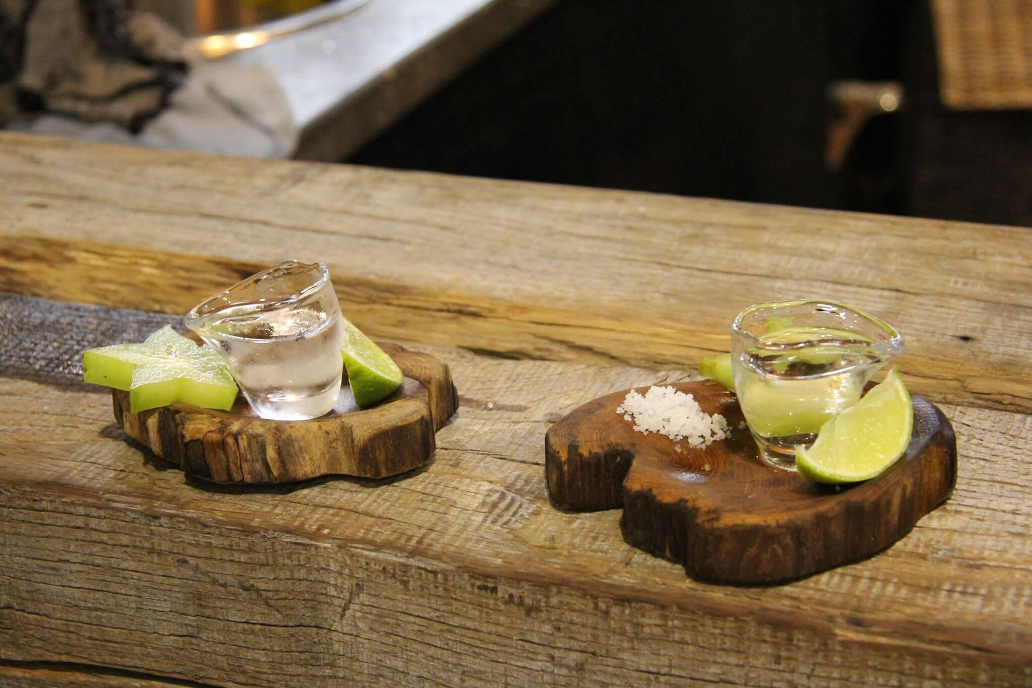 Außerhalb von der Pariser Messe wird der Tequila gewöhnlich als Kurzer zusammen mit Salz und einer Limetten- oder Zitronenscheibe serviert.