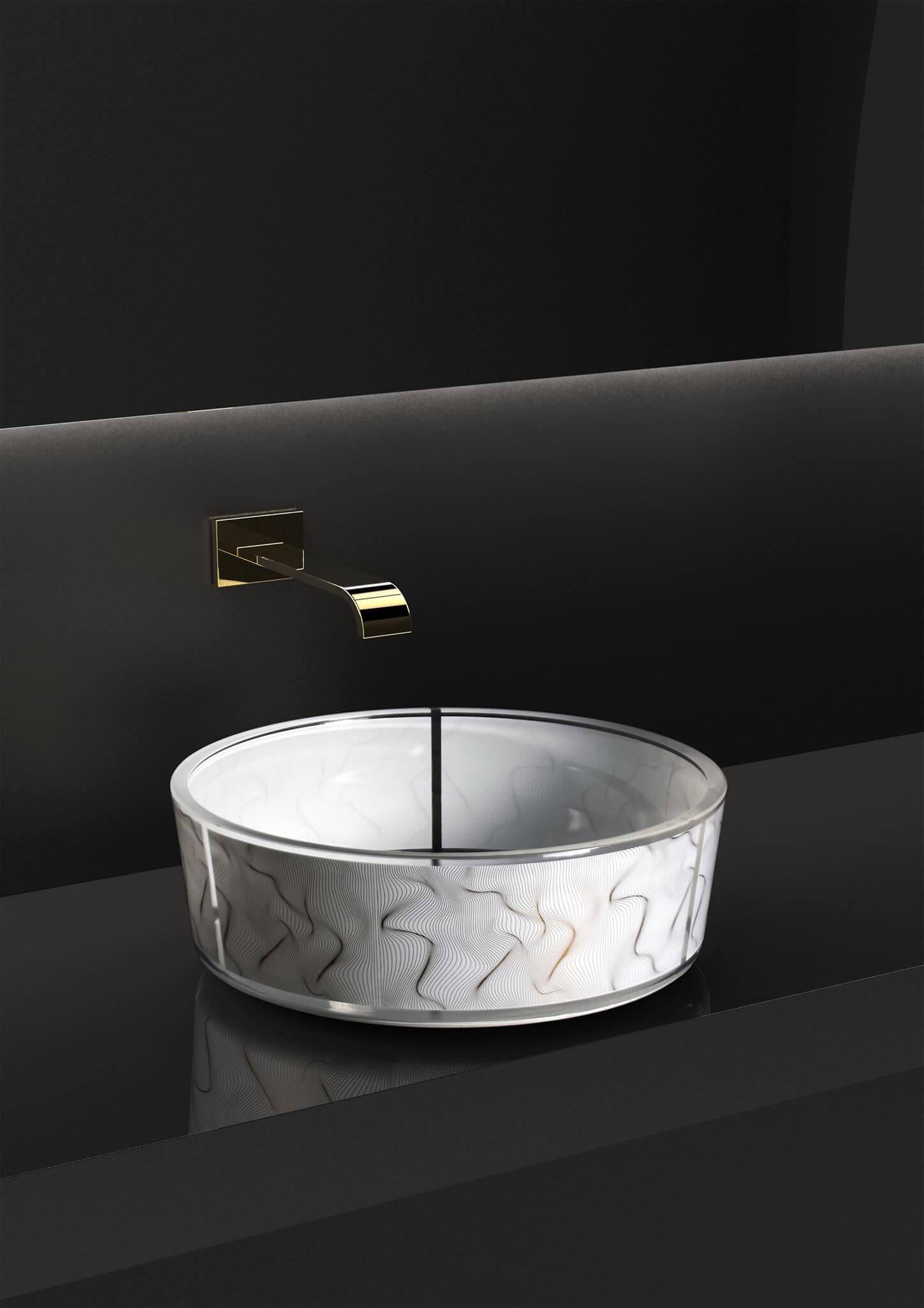 """Die kühne Interpretation für fast ein digitalisiertes Glass Design durch den Designer erhält so eine ganz neue Optik die durch die Anwesenheit von Gold verschönert wurde – so entsteht der Look zum Glaswaschbecken mit Goldsiebdruck. Die perfekte Synergie mit Karim Rashids hat somit eine kühne künstlerische Dekorationen hervor gebracht - die zugleich auch eine futuristische und luxuriöse Beckenauswahl entstehen ließ. Es ist eine Serie die """"digitalisiert"""", raffiniert und elegant in gleichem Maße. Aufsatzwaschbecken aus Kristall mit Siebdruck (Serigraphie) in Gold. Größe: mm Ø 400 x h.150"""