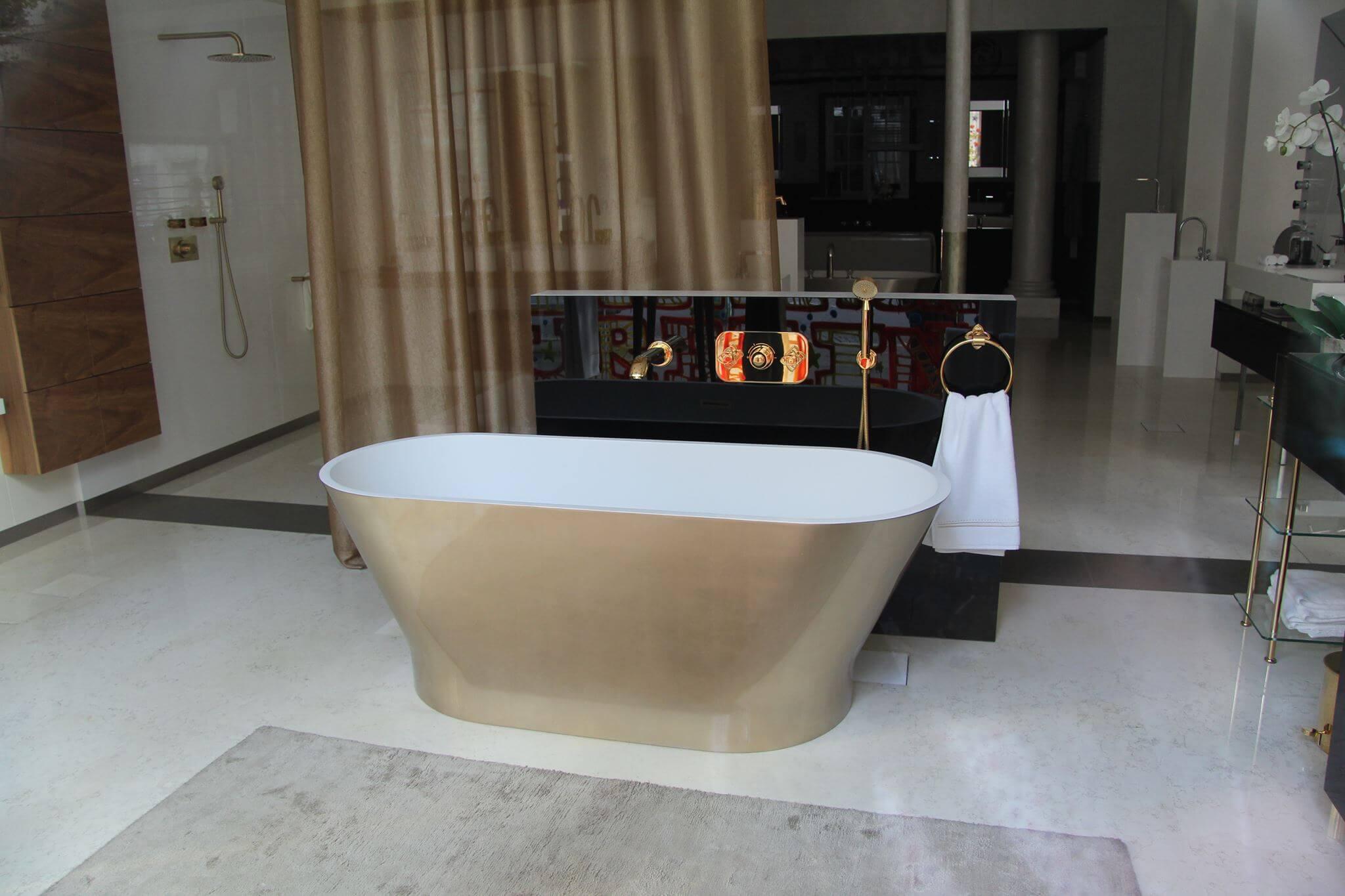 Goldene freistende Badewanne im Pariser Showroom Austellungsraum von THG Paris