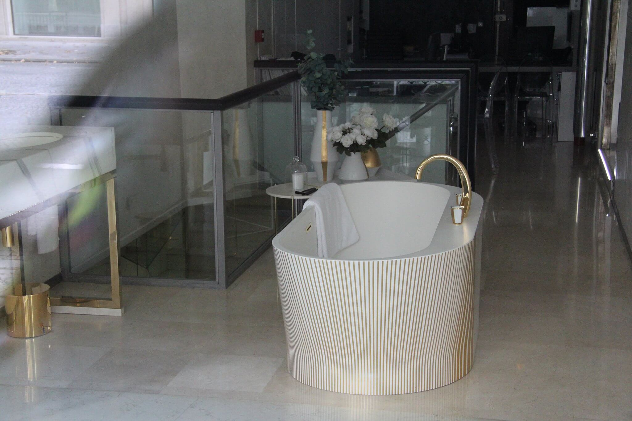 Freistende Badewanne golden weisse Badewanne bei im Pariser Showroom Austellungsraum von THG Paris