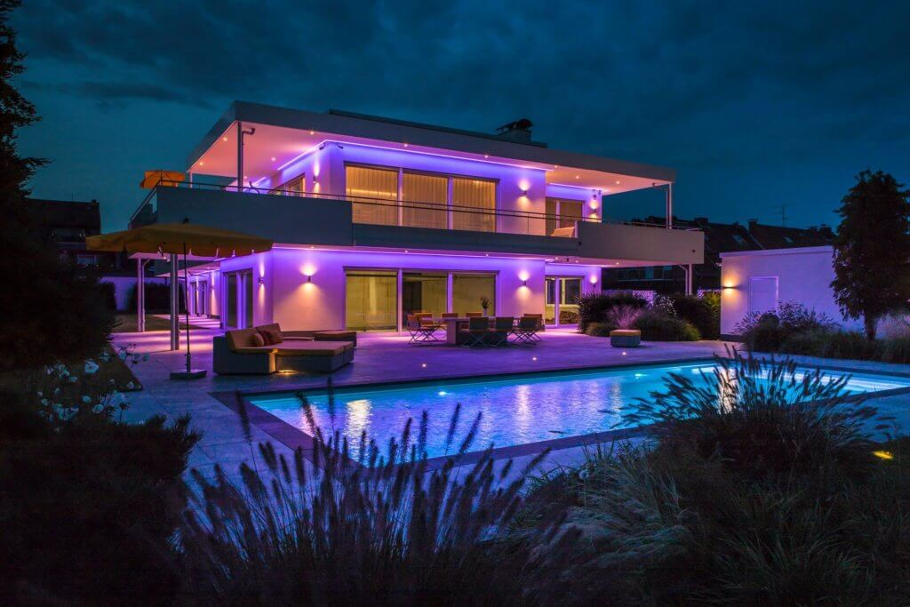 Weniger ist mehr – der minimalistische Ansatz, den der Architekt Mies van der Rohe berühmt gemacht hat, gilt in der heutigen Zeit mehr denn je. Einfache Formen, reduzierte Farben und herrlich luftige Räume – ein minimalistisches Design zeigt, dass man es sich leisten kann, in seiner Penthhousewohnung mit Dachterrasse auf lautes Design zu verzichten. Den Pomp, den aufdringlichen Glanz und das Zur-Schau-Stellen von goldglänzenden barocken Anleihen hinter sich zu lassen und sich auf sich selbst einzulassen. Seine eigene Seele zu ergründen, um herauszufinden, was man nun wirklich braucht, um glücklich zu sein. Unterstützt wird der auf den ersten Blick recht genügsame Ansatz von einer puristischen Luxusarchitektur, die die Großzügigkeit der Räume diskret zur Geltung bringen. Mit Hilfe von gut durchdachtem Innendesign können unvergleichliche Lebensräume im eigenen Traumhaus entstehen, in denen man sein wahres Ich in all seinen schillernden Facetten ausleben kann. Architektur mit dem Lichtdesign von Torsten Müller aus Bad Honnef nähe Köln Bonn
