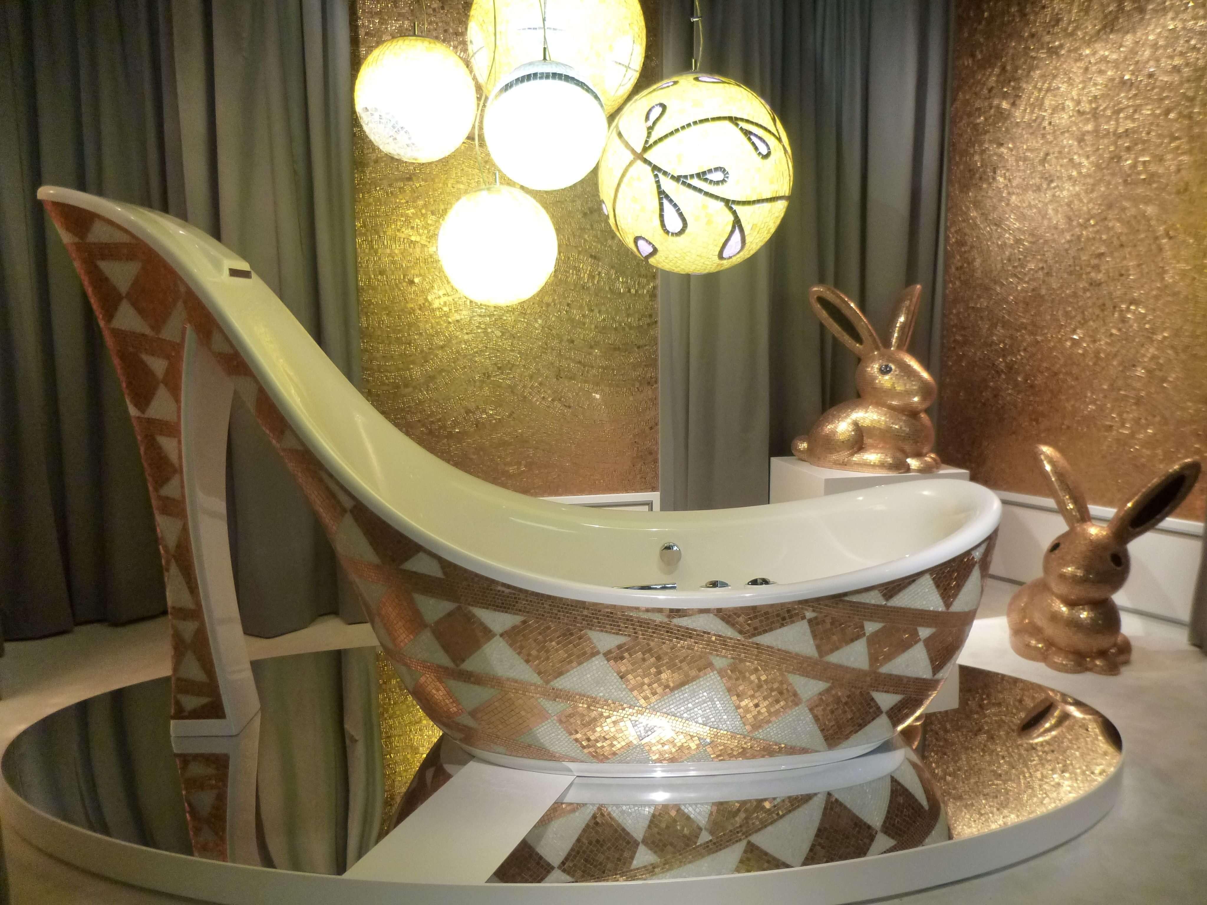 Die Luxusbadewanne trägt den vielversprechenden Namen Audrey, erinnert aber mit Ihrem 1.65 Meter hohem Absatz kaum an die zarte Diva.
