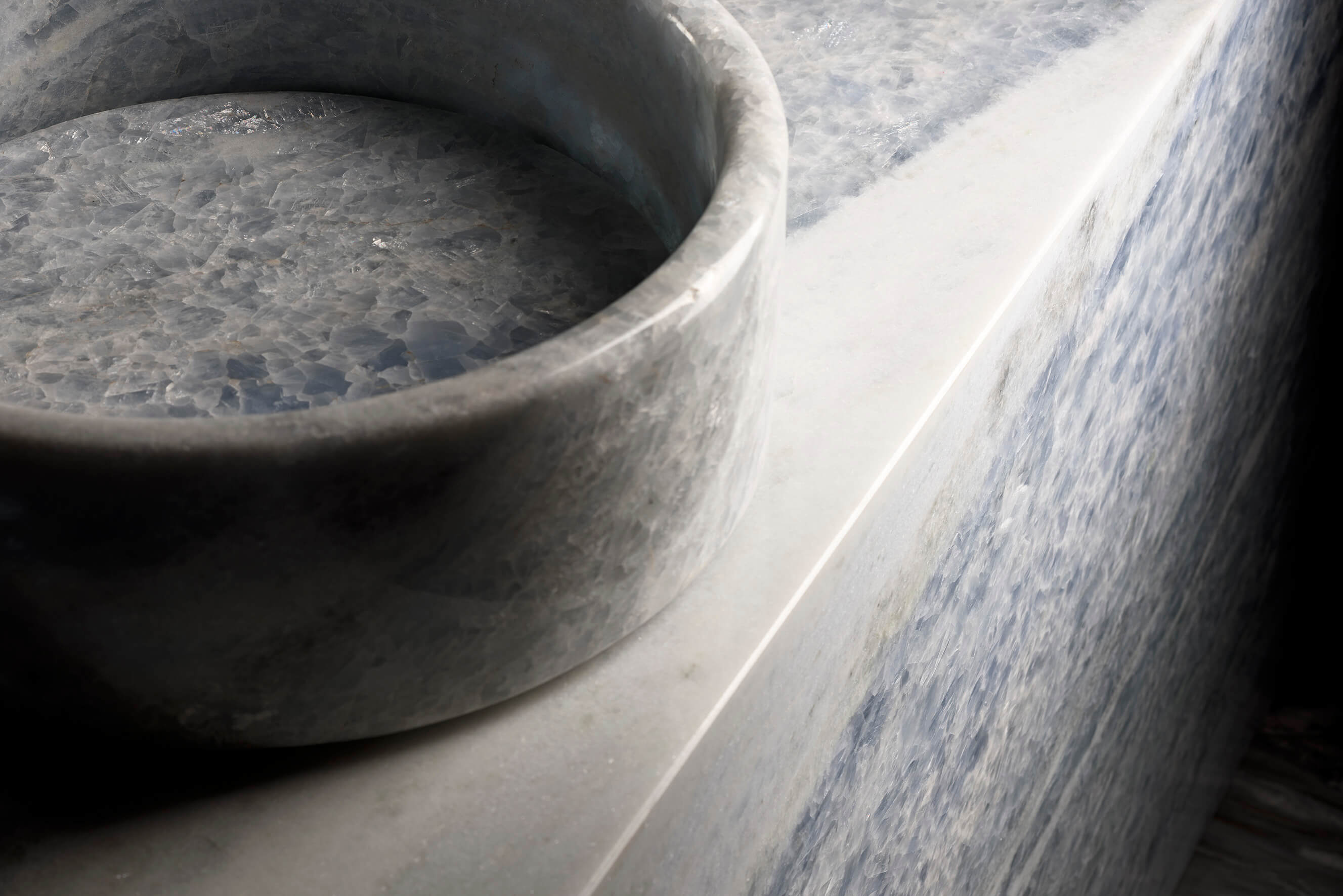 Blautöne für ein ausgeglichenes Training: Antolini Naturstein für Ihren Fitnessraum