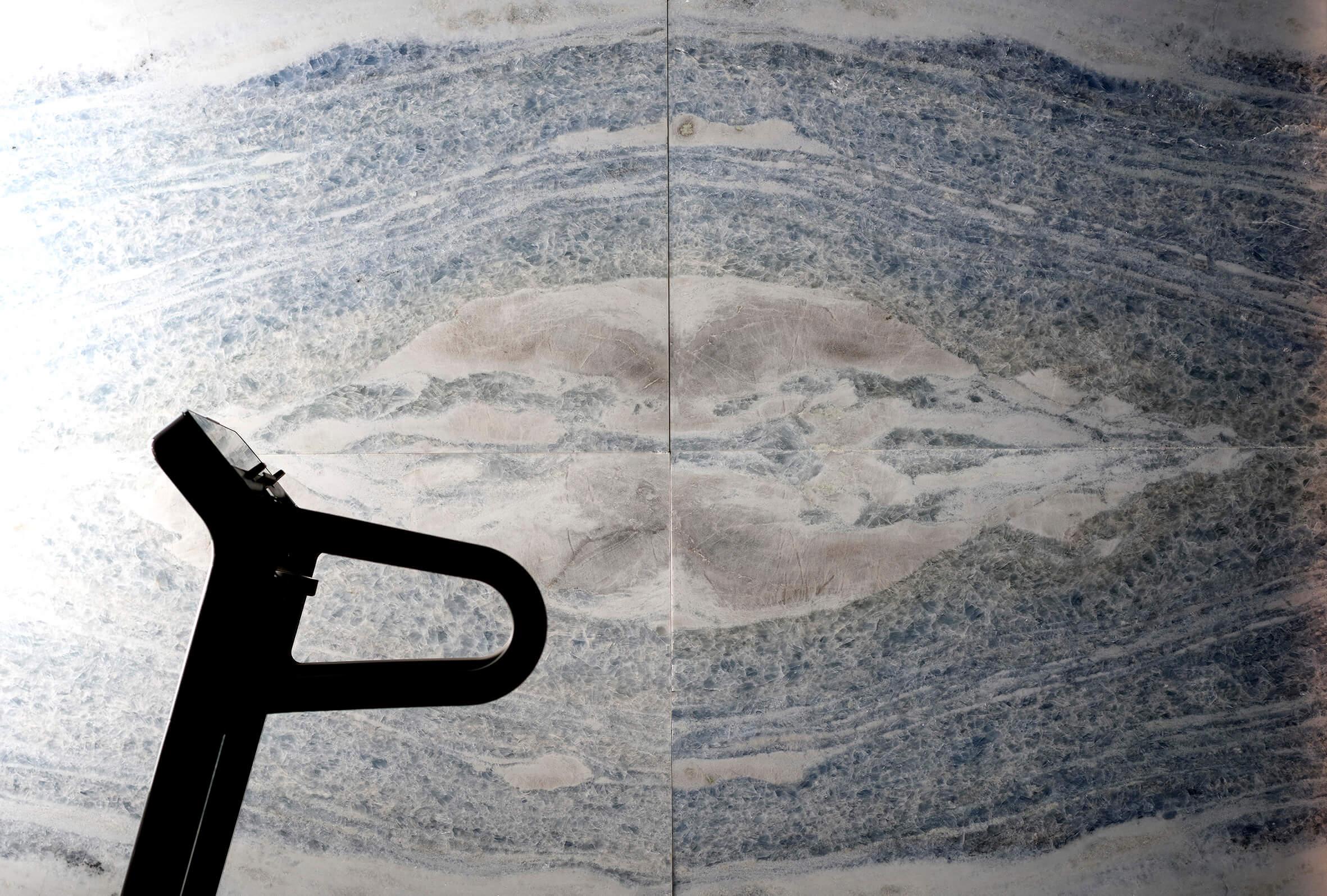Calacatta Cielo stellt damit eine ausgesprochen zeitgenössische Kombination aus Textur und Ton dar, die eine perfekte Lösungsmöglichkeit für Küchen oder Bäder mit einem klaren Designanspruch dar. Vor allem der Gedanke, an eine Badewanne, die aus einem ganzen Block dieser Variation von Antolini Naturstein gefertigt ist und deren Form der Kornstruktur des Steines folgt, lässt Innendesigner eine magische Vision von natürlicher Bewegung verwirklichen. Die angeborene Geometrie der Körner dieses Marmors nehmen den Betrachter an der Oberfläche gefangen und zieht ihn tief in das beruhigende Wasser hinein. Gleichzeitig bildet dieser Antolini Naturstein eine hervorragende Variante für die Kreation von Möbelstücken oder anderen einzigartigen Objekten.