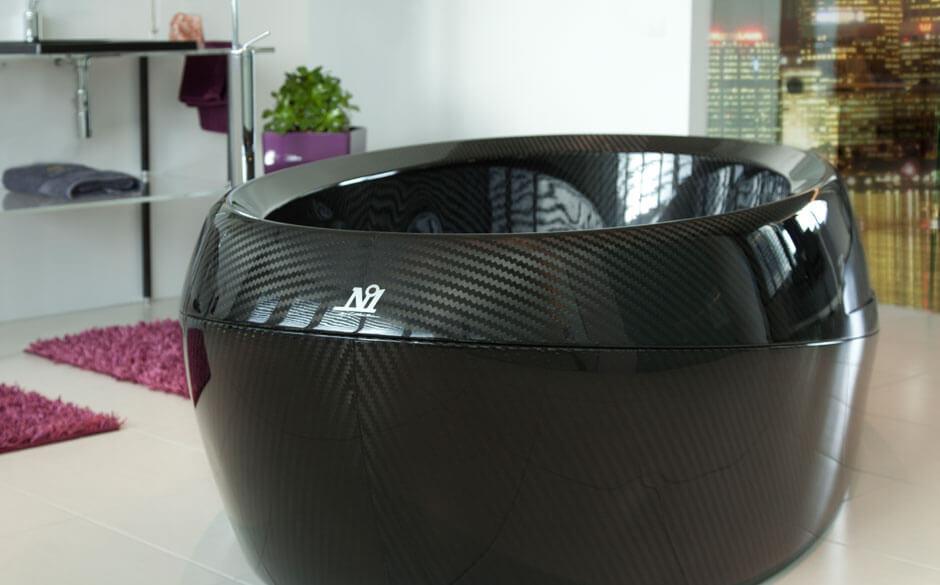 Schwarze Badewanne aus Carbon von Corcel.