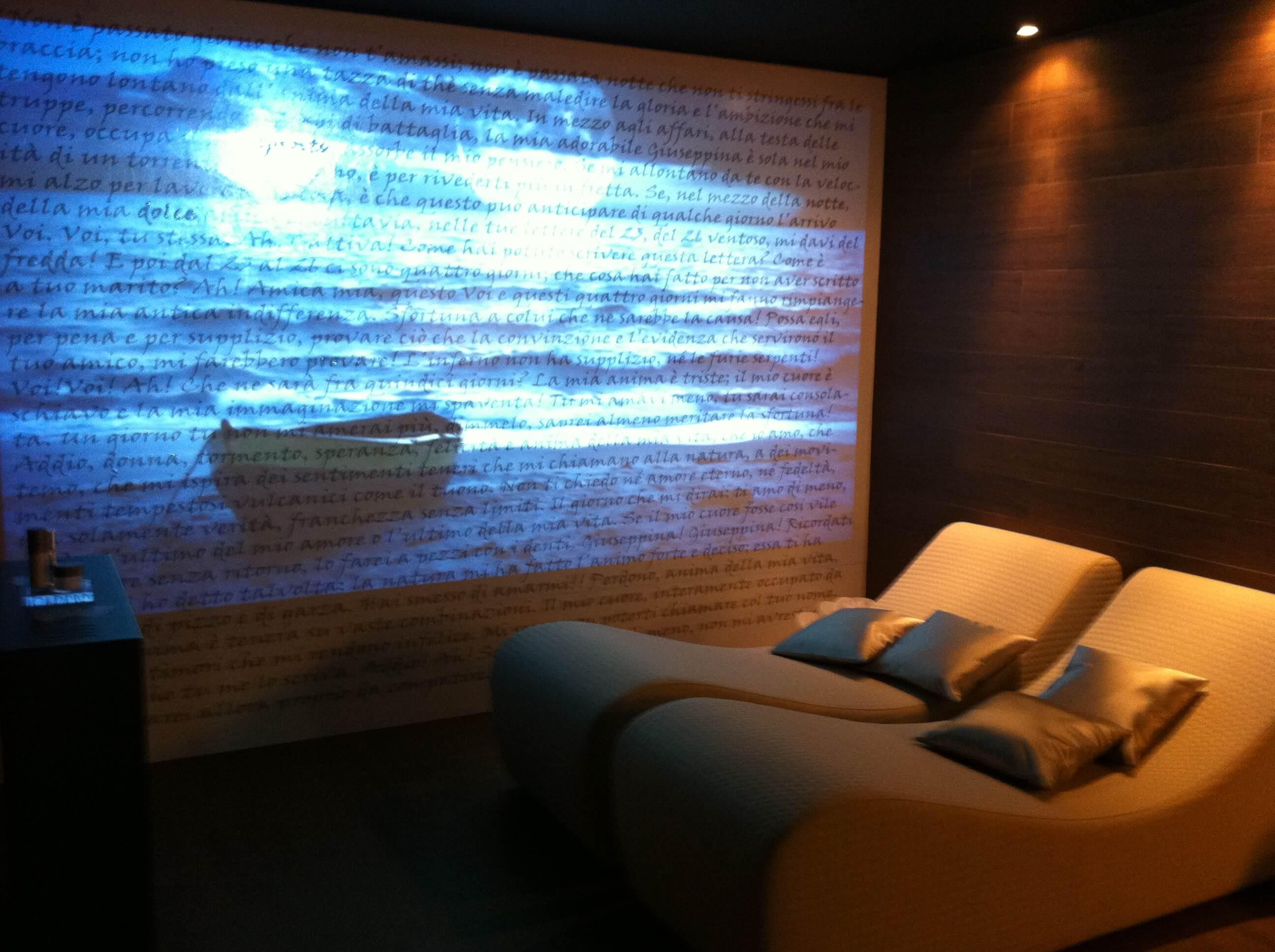 Beim Lichtdesign Planen oder auch der sogenannten Beleuchtung planen ist der Rat eines Experten der Lichtgestaltung, wie vom Licht-Designer Torsten Müller, unersetzlich. Durch seine innovative Methodik beim Raum Gestalten, bei den individuell zugeschnittenen Kombinationen aus Natürlichkeit und exklusiven Materialien von einer ersten Vision im virtuellen 3D Planer erschaffen werden, entstehen einzigartige Wohlfühloasen. Selbst eine kleine Innenarchitektur wird durch sorgfältig ausgewählte Farben und durch professionellen Einsatz von Lichtelementen bei der Lichtgestaltung den Raum zu einem luxuriösen Lifestyle Design machen.