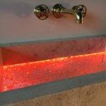 Neues Design-Badobjekt; ein edles, mit effektvollen Acryl-Elementen kombiniertes Waschbecken aus Naturstein. Durch die kreative Verbindung traditioneller und innovativer Materialien entsteht eine bislang nicht gekannte Optik für den gehobenen Bad- und Spa-Bereich. Eine perfekt integrierte Acryl-Einlage des Waschbeckens samt RGB-Lichtdesign macht das andere Waschbecken zum eindrucksvollen Blickfang. Ein weiterer Überraschungseffekt: der unsichtbare Abfluss. Überaus bedeutend für das Design ist, dass grundsätzlich jedes Detail frei individualisierbar ist. Dies beginnt bei den Maßen, der verwendeten Steinart mitsamt der Oberflächenveredelung und geht weiter über die Farbgebung des Acryls bis zur optionalen LED-Beleuchtung in RGB-Farben. Das Design-Waschbecken wurde mit Helmdesign by Ihr Schreinermeister GmbH Design by Torsten Müller und Horst Zerres entwickelt und ist gedacht für den gehobenen Bad- und Spa-Bereich